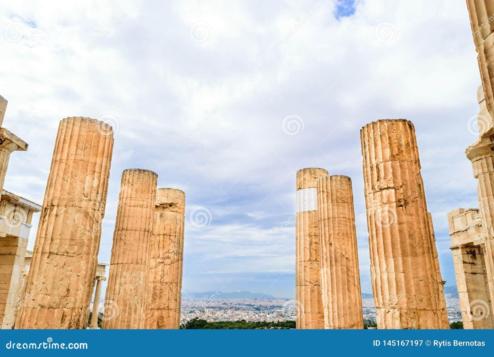 Στυλοβάτες των μνημειακών πυλών propylaea στην ακρόπολη