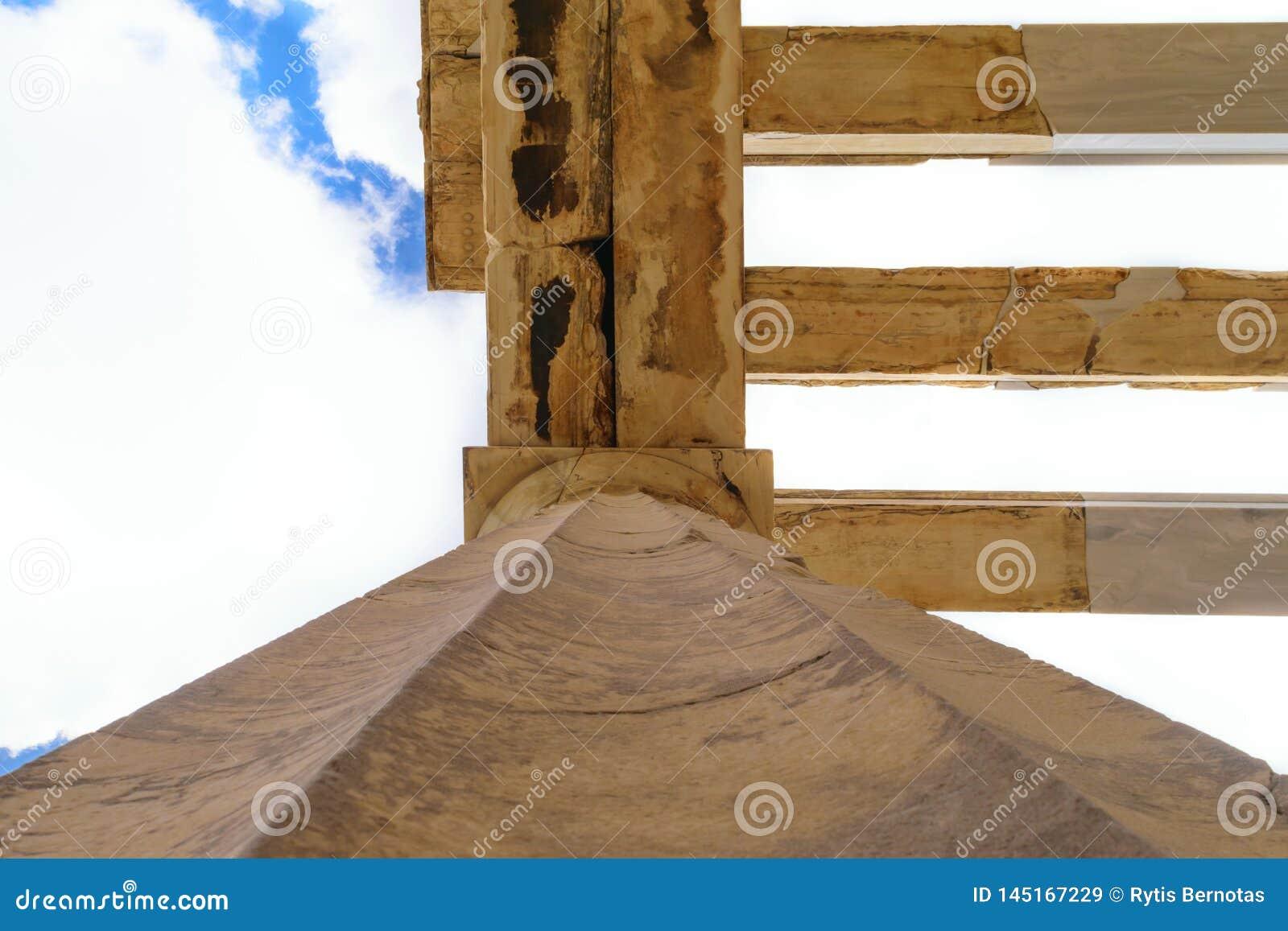 Στυλοβάτης των μνημειακών πυλών propylaea στην ακρόπολη