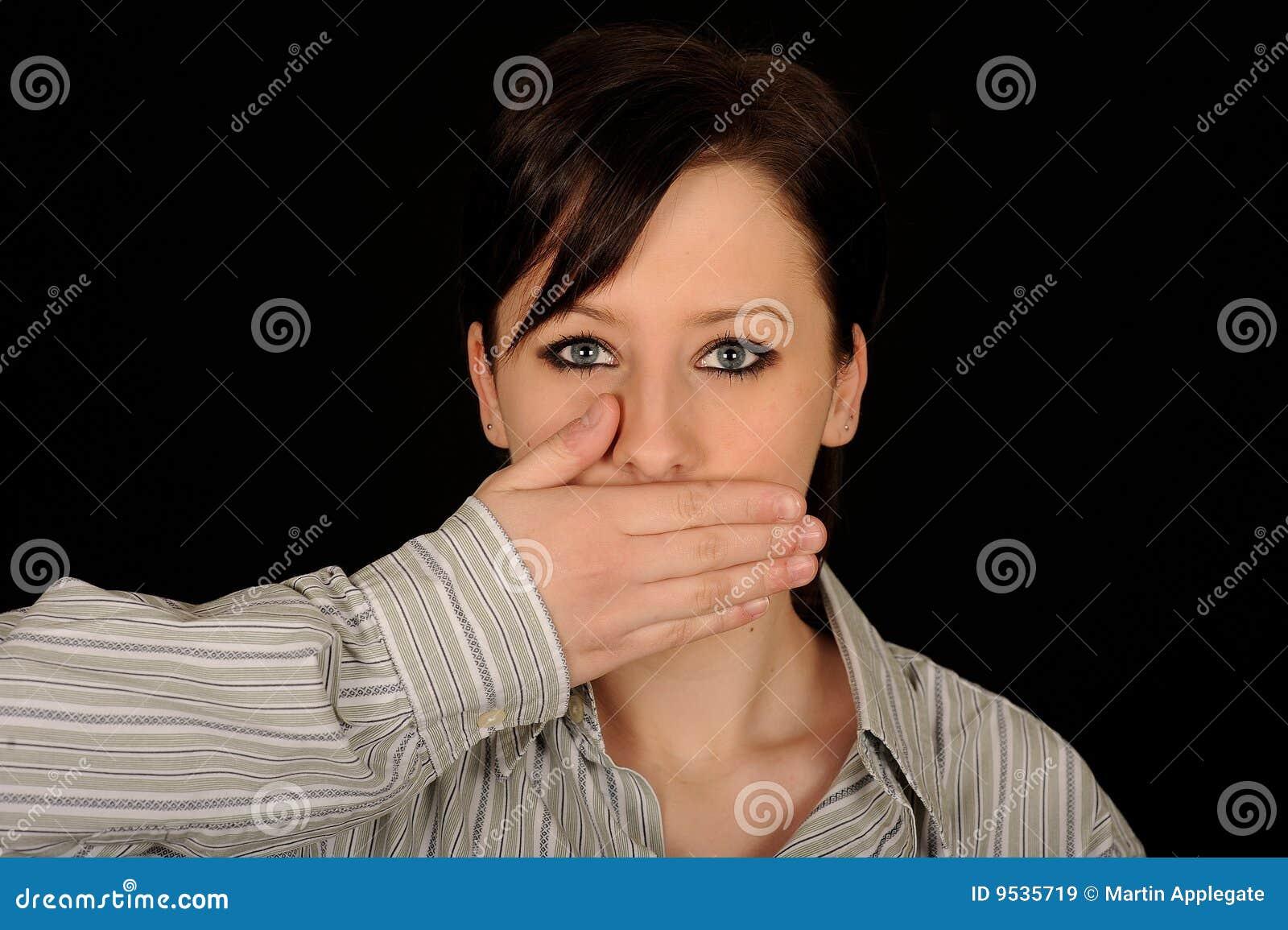 στόμα χεριών πέρα από τη γυναίκα