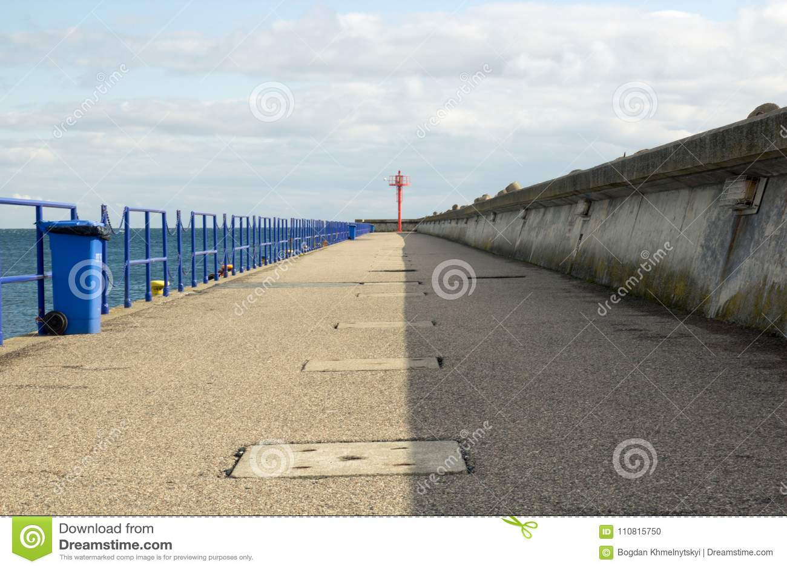 Συγκεκριμένη αποβάθρα στη θάλασσα με το φάρο στο τέλος