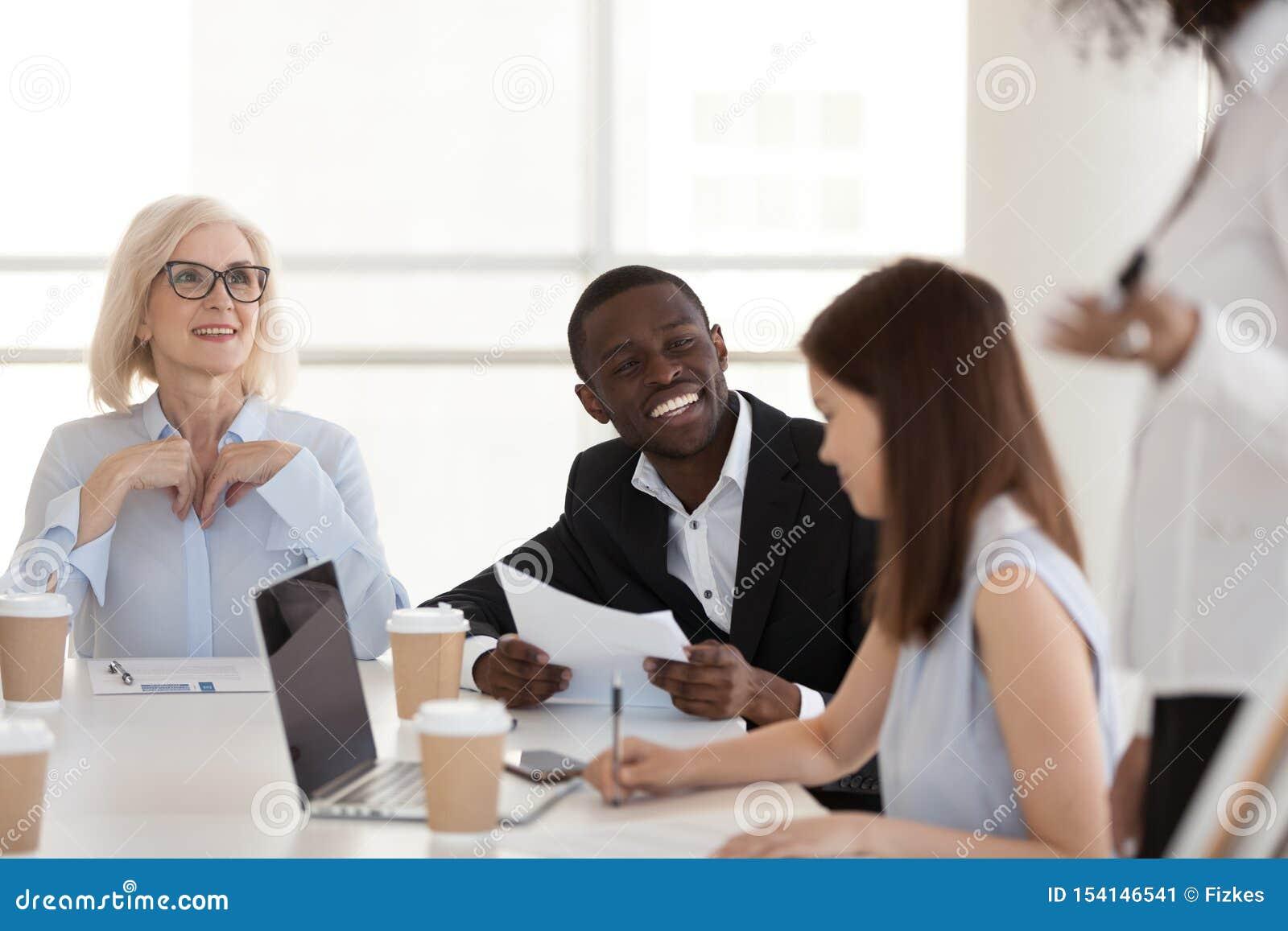 Συγκινημένη συζήτηση υπαλλήλων αφροαμερικάνων με τους συναδέλφους στην ενημέρωση