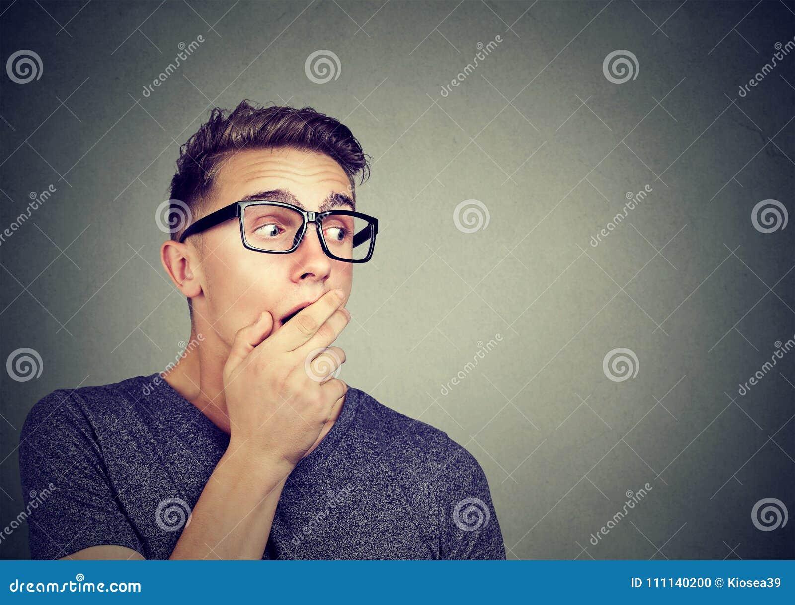 Συγκινημένο άτομο που ακούει τα κουτσομπολιά