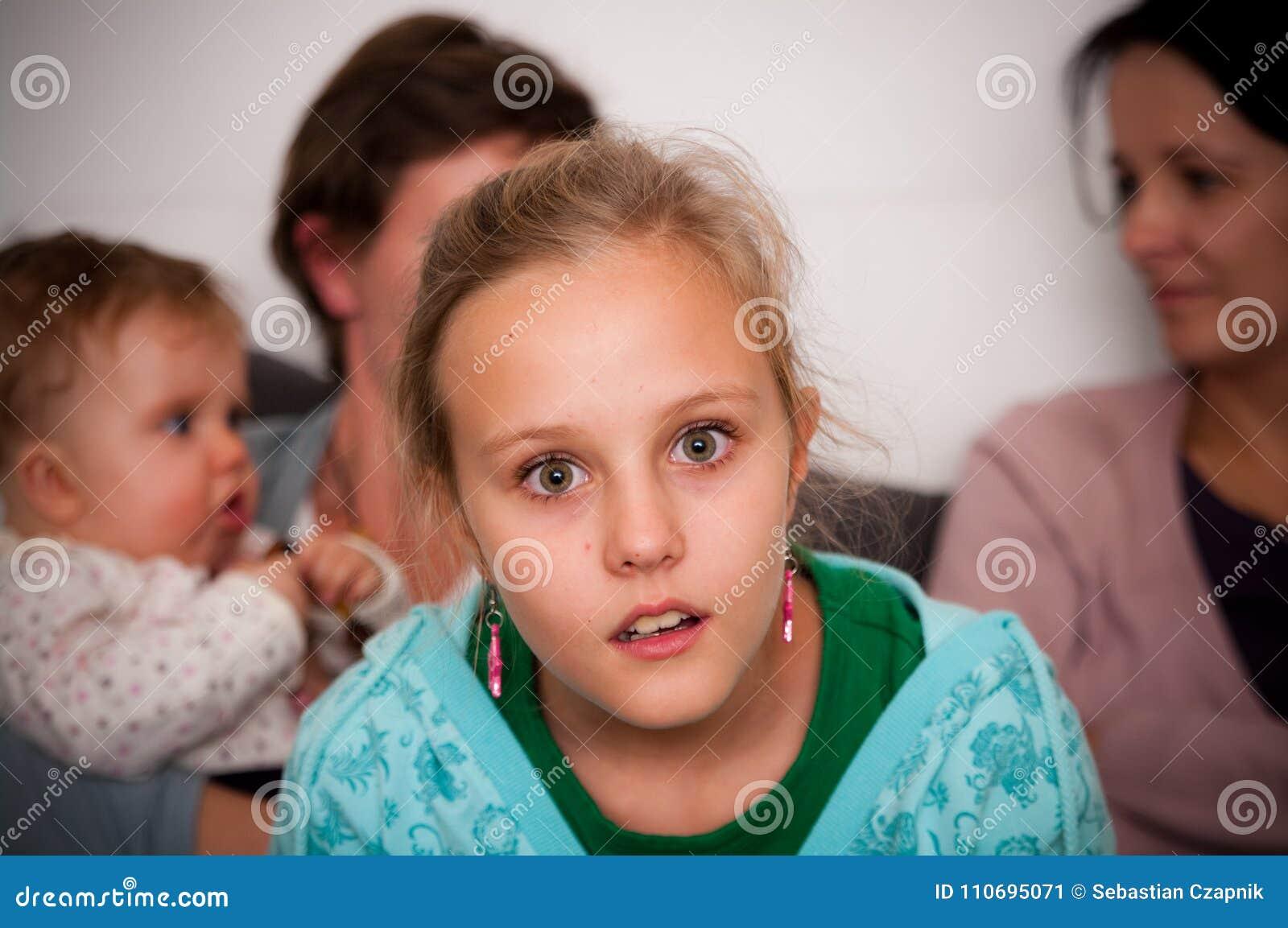 συγκλονισμένος κορίτσ&iota