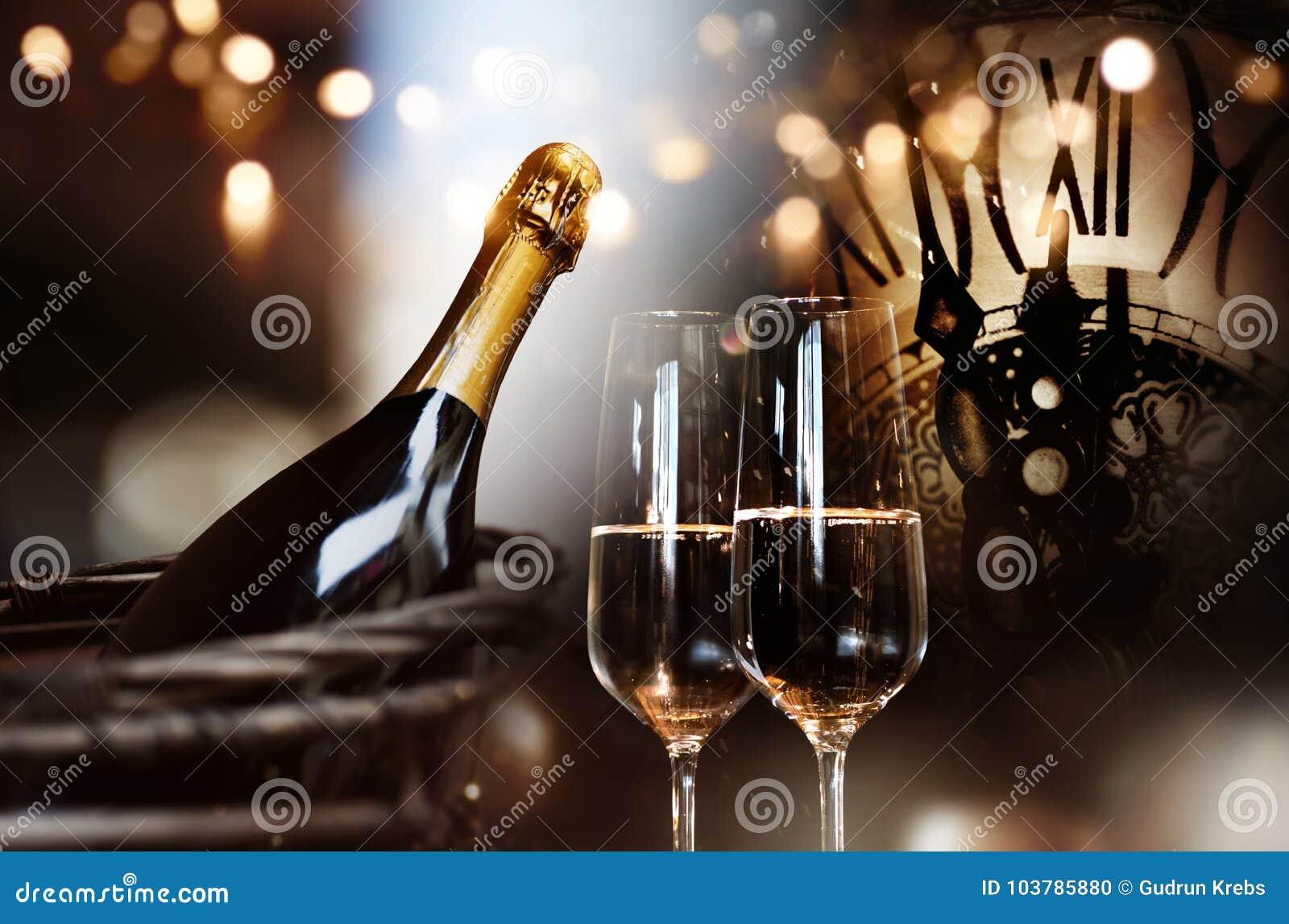 Συγχαρητήρια για το νέο έτος με τη σαμπάνια και το ρολόι