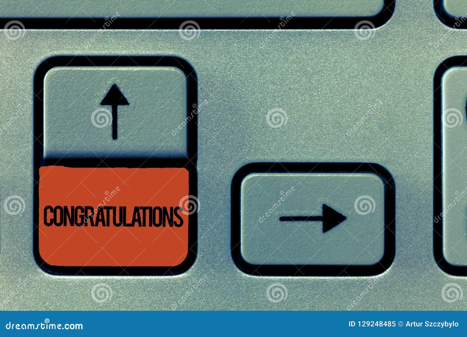 Συγχαρητήρια κειμένων γραφής Έννοια που σημαίνει εκφράζοντας τον έπαινο για ένα επίτευγμα κάποιου καλές επιθυμίες