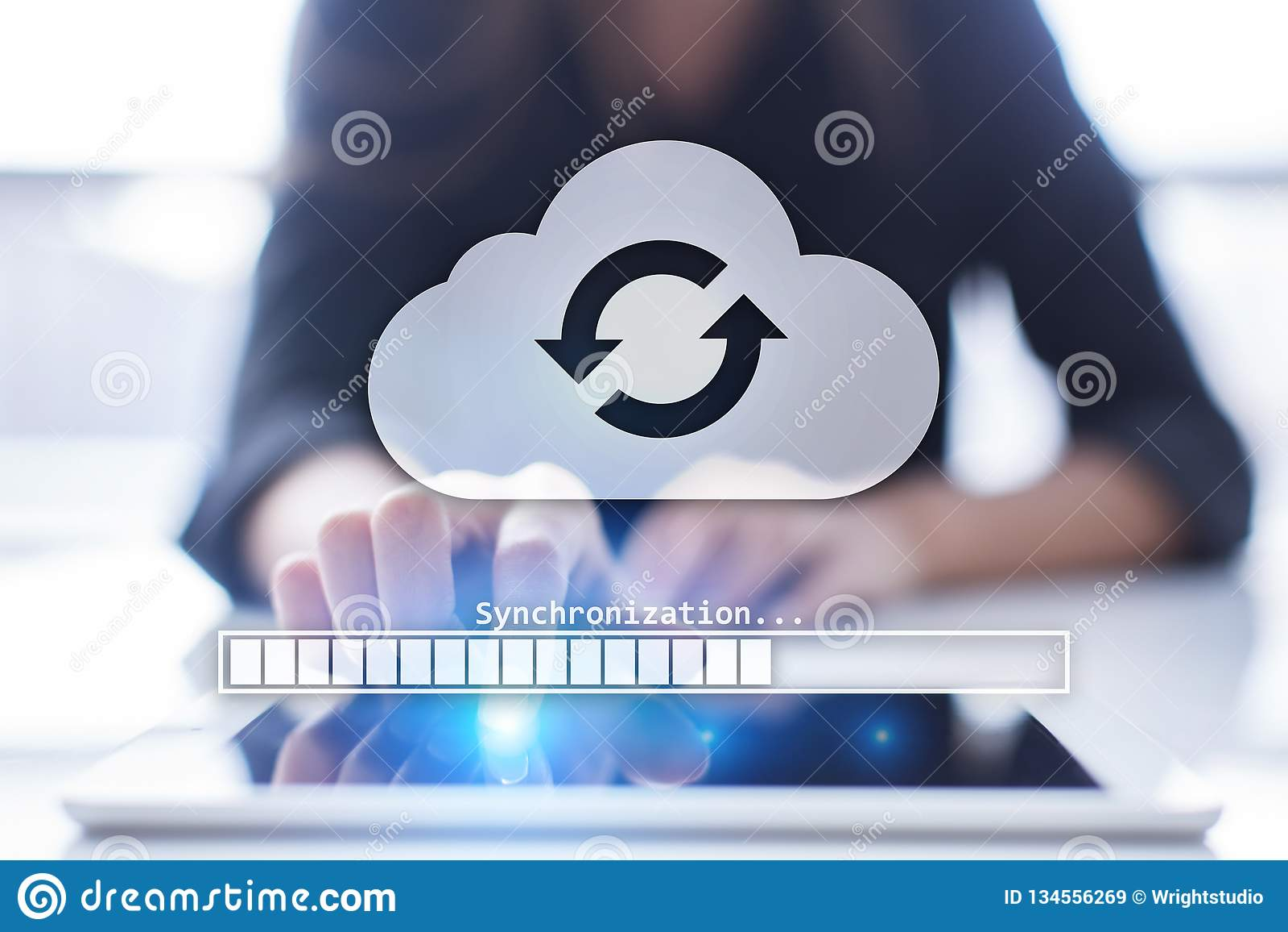 Συγχρονισμός σύννεφων, αποθήκευση στοιχείων, Διαδίκτυο και έννοια υπολογισμού στην εικονική οθόνη