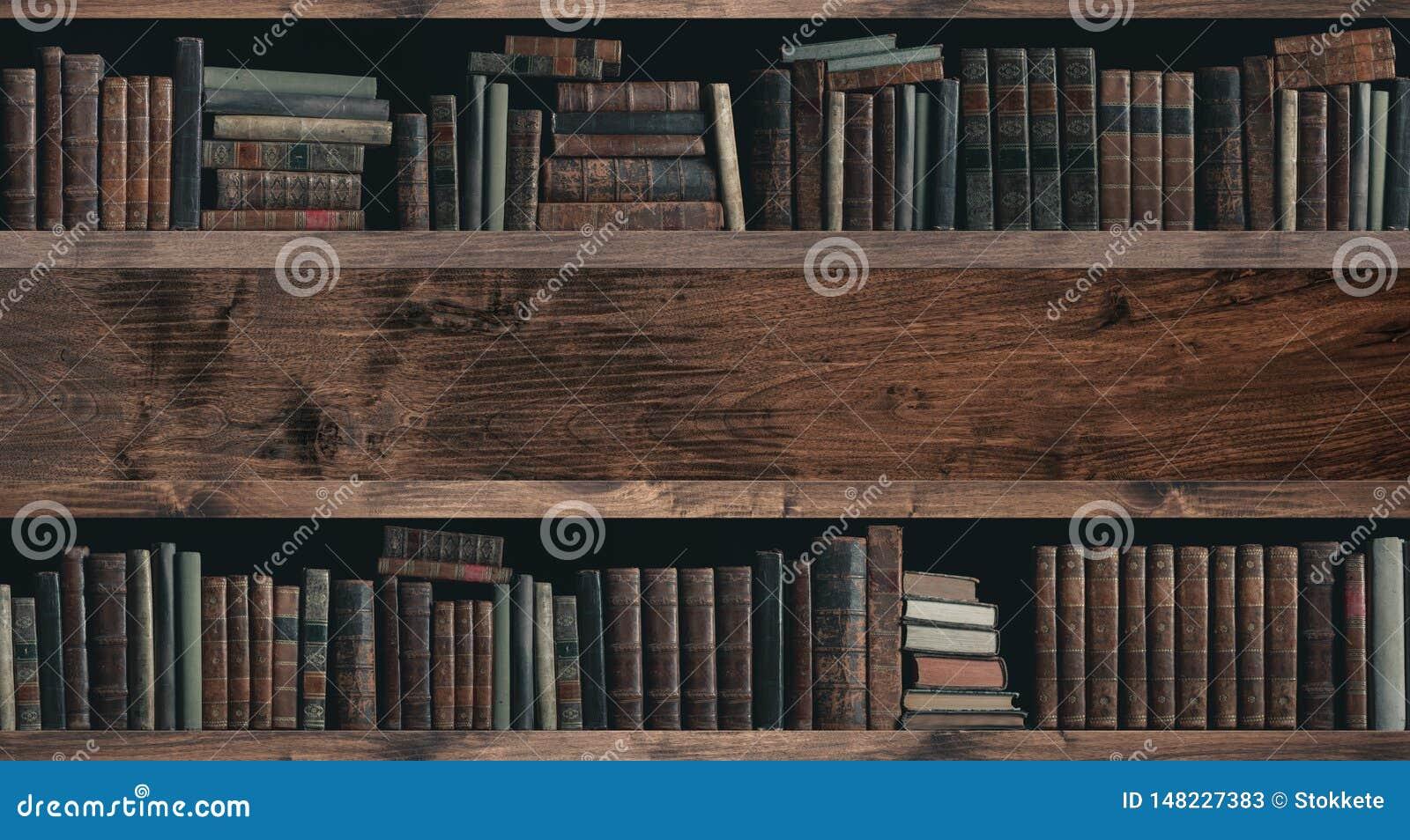 Συλλογή των πολύτιμων αρχαίων βιβλίων σε ένα ράφι
