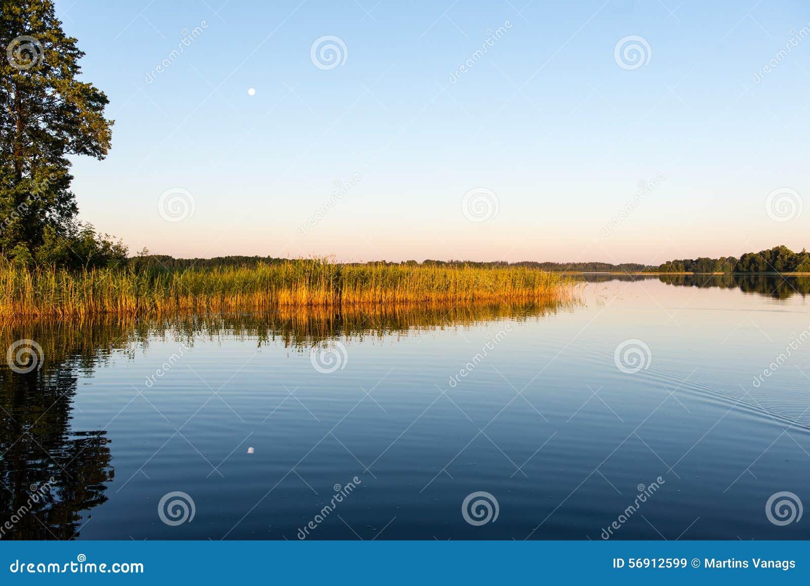 Συμμετρικές αντανακλάσεις στην ήρεμη λίμνη