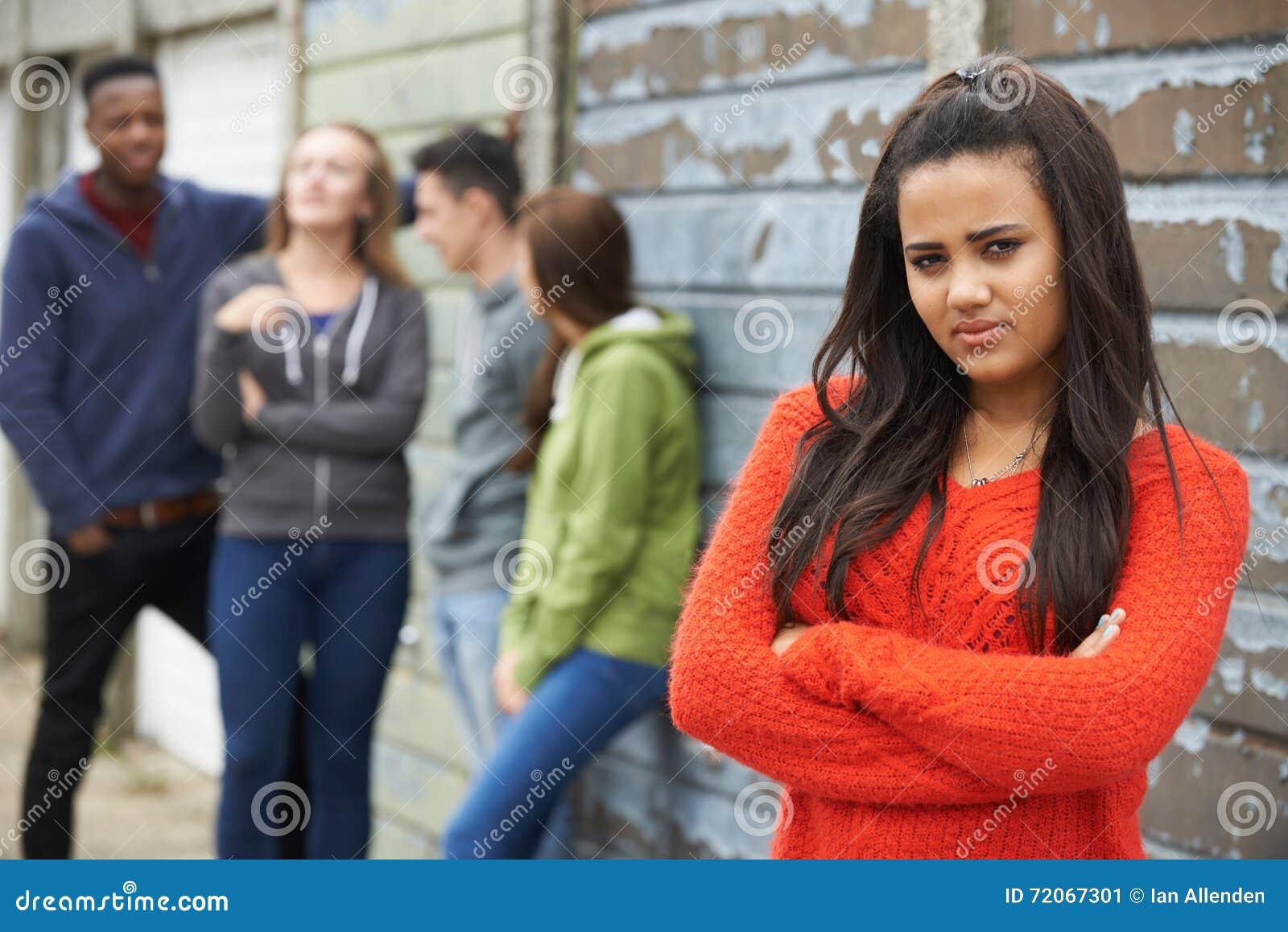 Συμμορία των εφήβων που κρεμούν έξω στο αστικό περιβάλλον