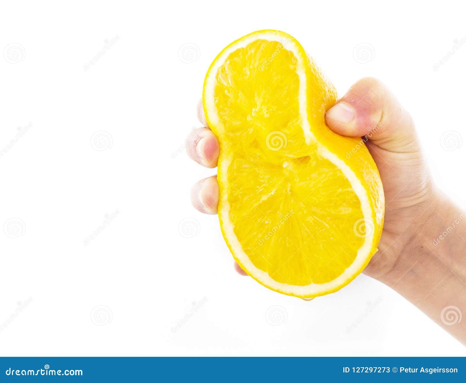 Συμπιέζοντας το πορτοκάλι που απομονώνεται σε ένα άσπρο υπόβαθρο