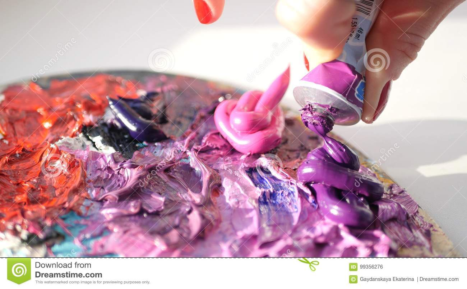Συμπιέσεις καλλιτεχνών από το σωλήνα στο πορφυρό ελαιούχο ρόδινο χρώμα παλετών, HD
