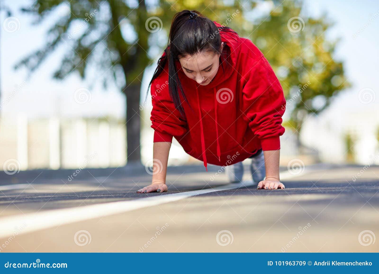 Συμπιέσεις κοριτσιών από το πάτωμα στην οδό