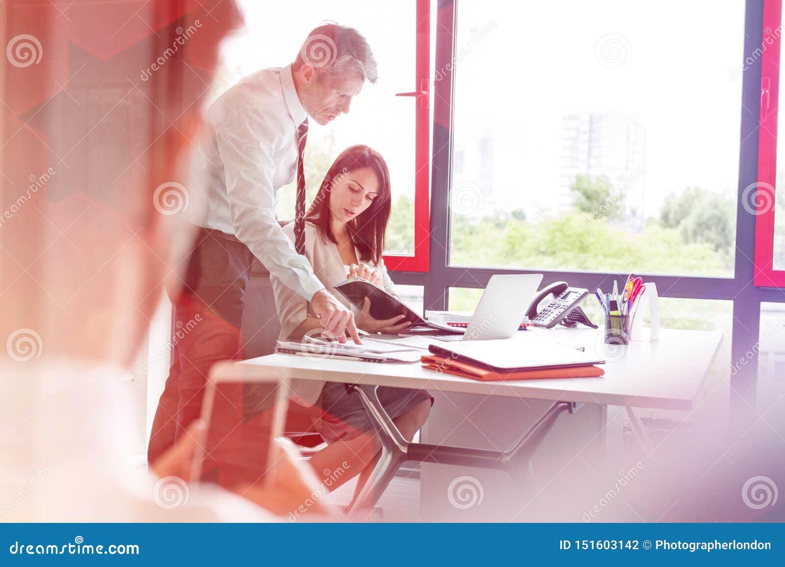Συνάδελφοι πέρα από το έγγραφο στη συζήτηση στο γραφείο στην αρχή