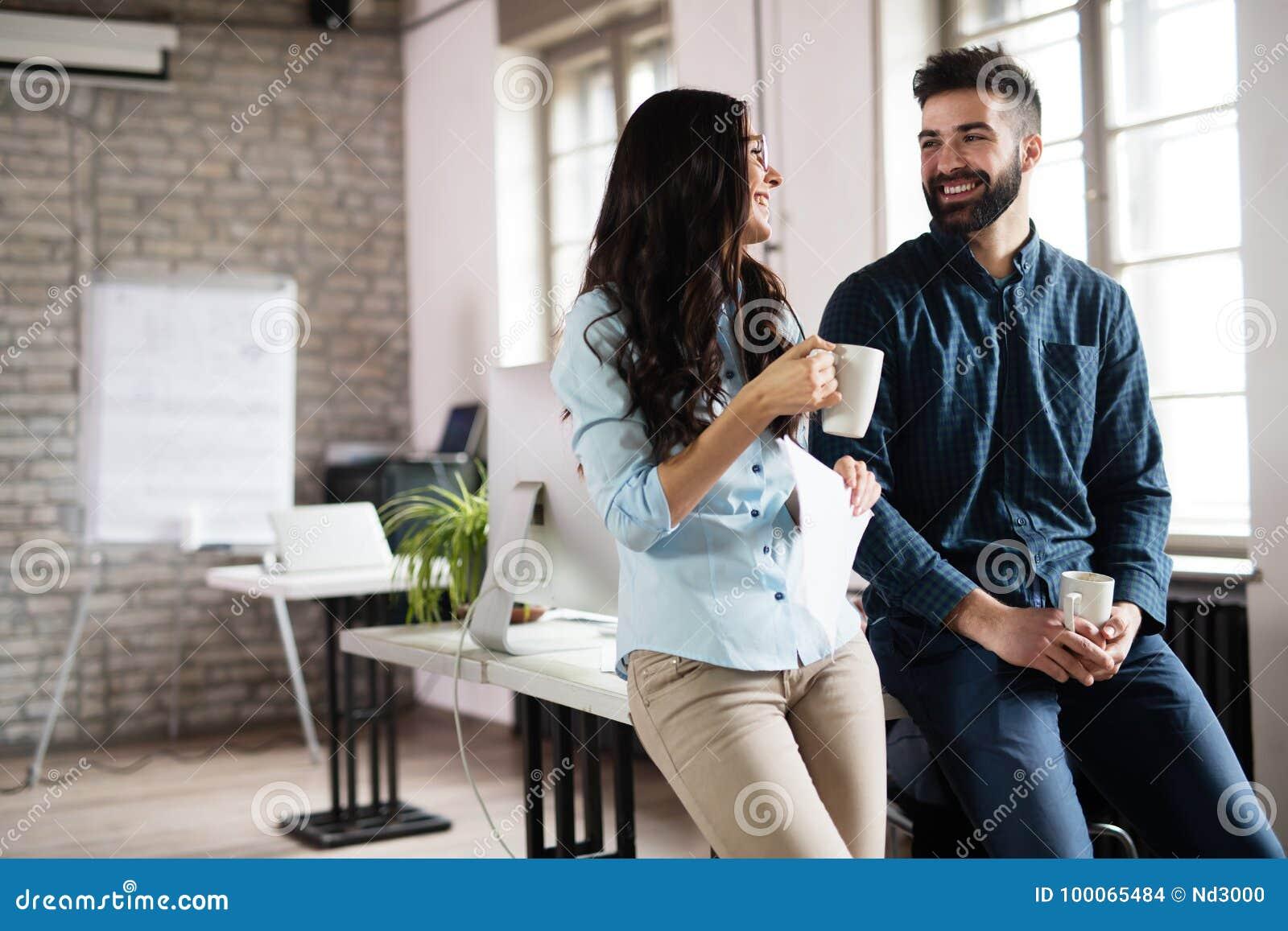 σκέψεις για dating με έναν συνάδελφο αυξητική στήθους που χρονολογείται