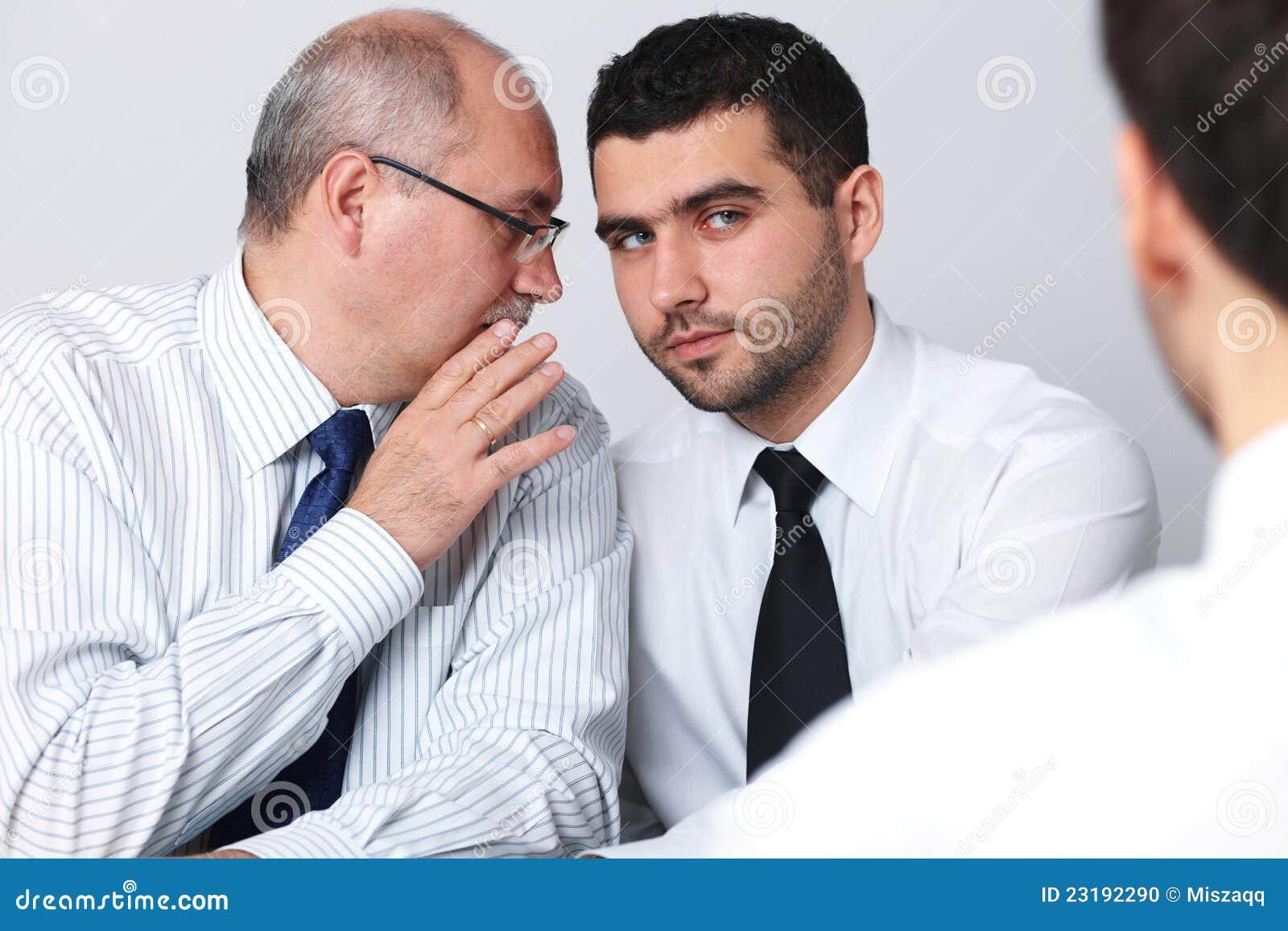 συνάδελφος επιχειρηματιών ώριμος κάτι για να ψιθυρίσει