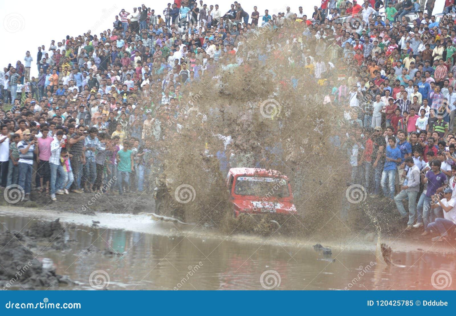 Συνάθροιση αυτοκινήτων πρόκλησης λάσπης σε bhopal, Ινδία