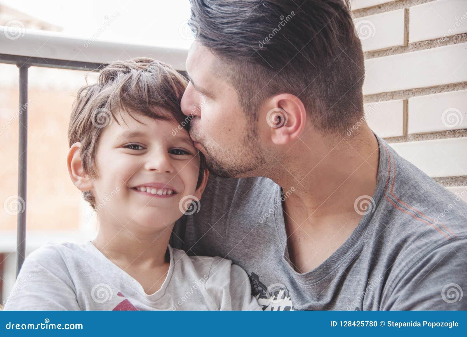 Συναισθηματικές υποστήριξη πατέρων και γιων και εκδήλωση της αγάπης, supp