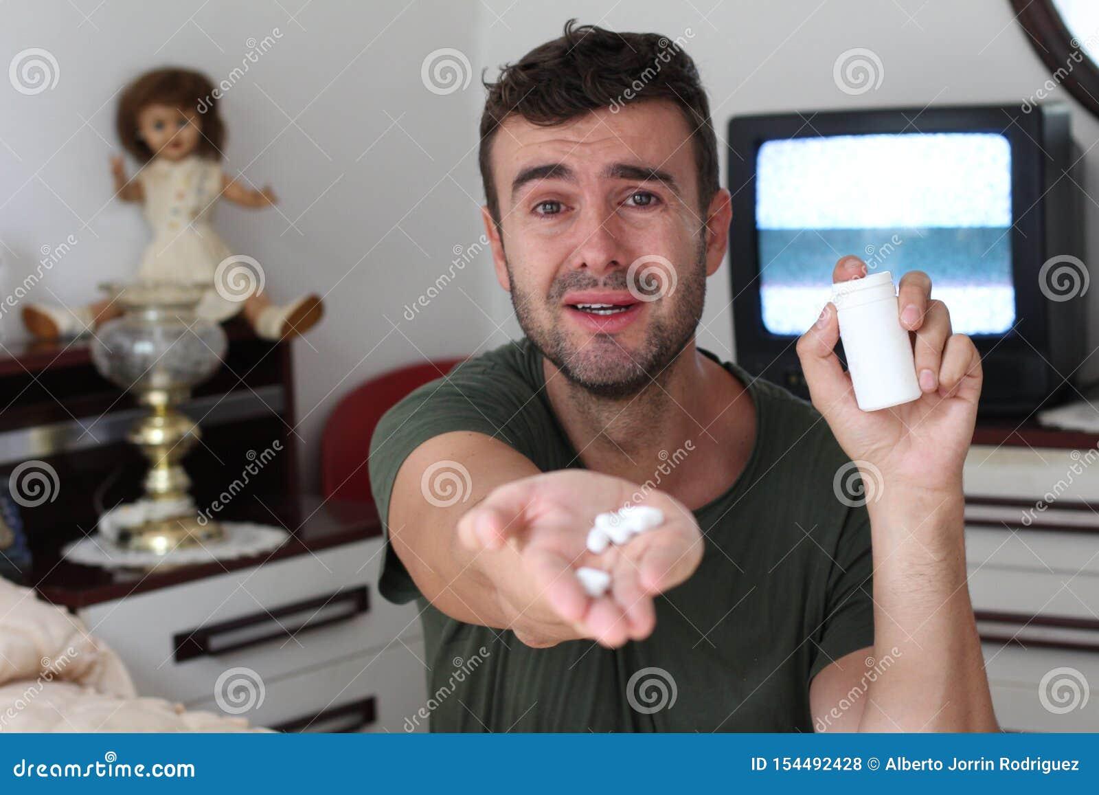 Συναισθηματικό άτομο που κρατά μερικά χάπια