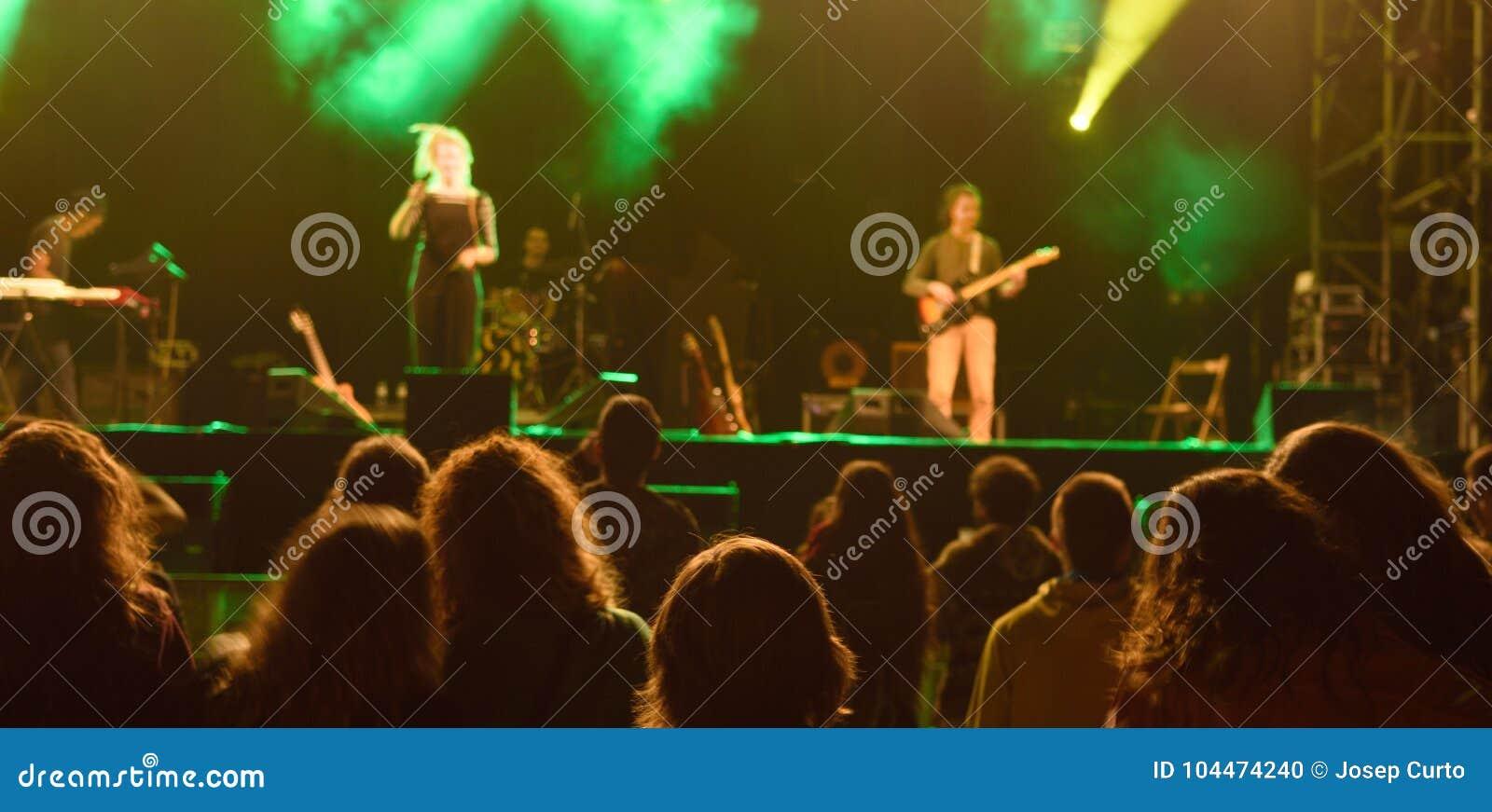 Συναυλία ζωντανής μουσικής τη νύχτα