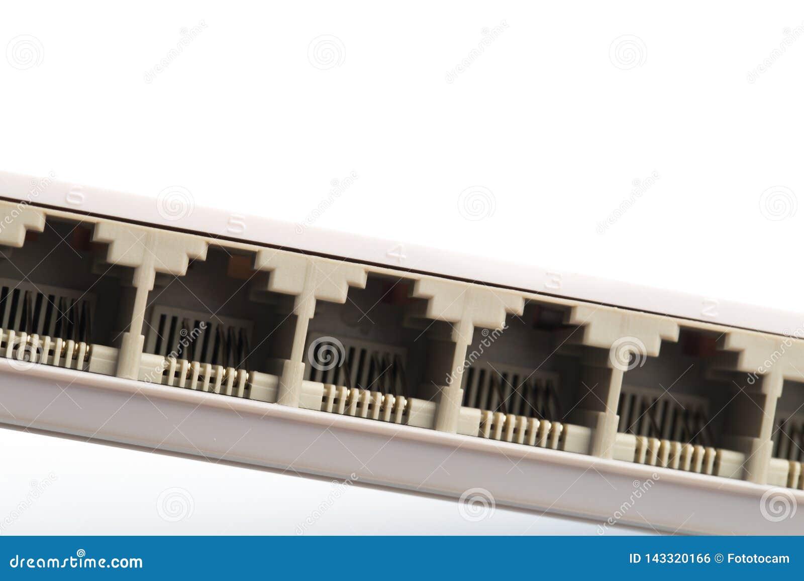 Συνδέοντας καλώδια δικτύων στους δρομολογητές διακοπτών που χρησιμοποιούν rg-45 συνδετήρες