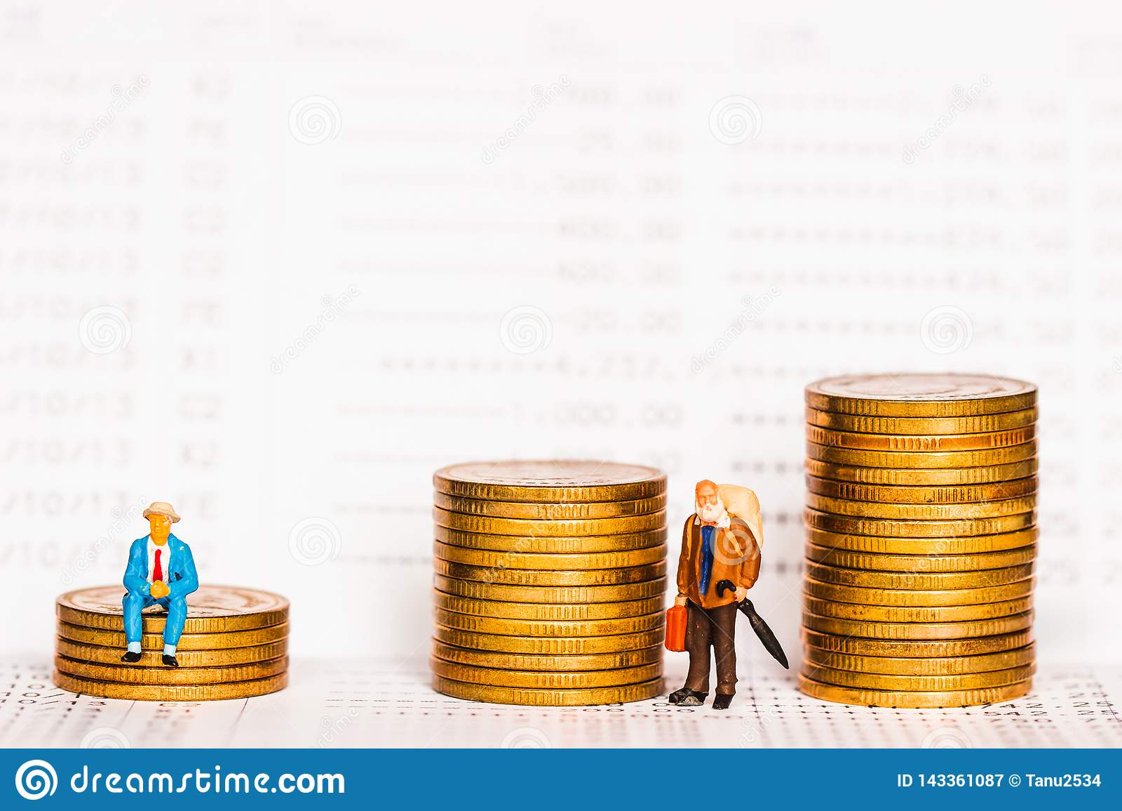 Συνεδρίαση αριθμού ηλικιωμένων ανθρώπων στο σωρό των ασημένιων νομισμάτων στο βιβλιάριο τραπεζών