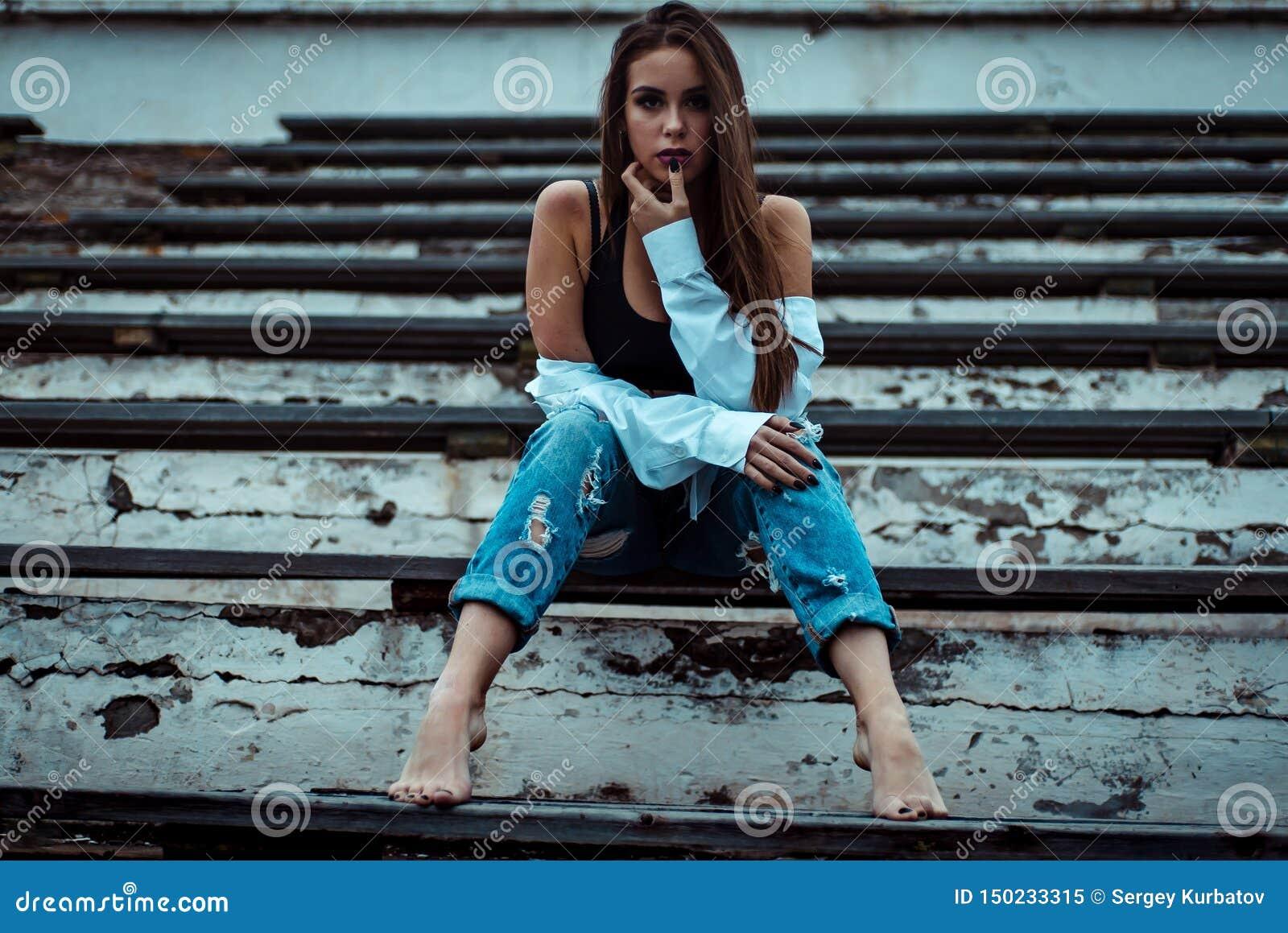 Συνεδρίαση γυναικών που ονειρεύεται και που χαλαρώνει r o r