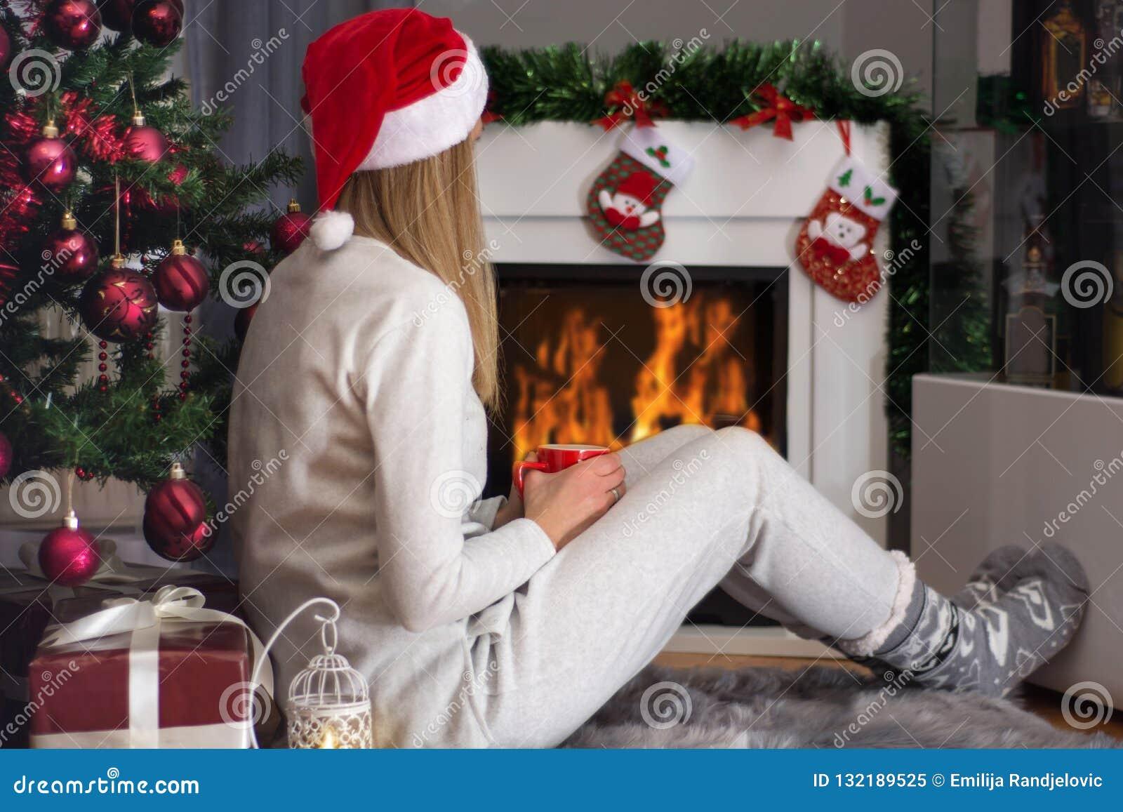Συνεδρίαση γυναικών στο γούνινο τάπητα κοντά στην εστία και το χριστουγεννιάτικο δέντρο