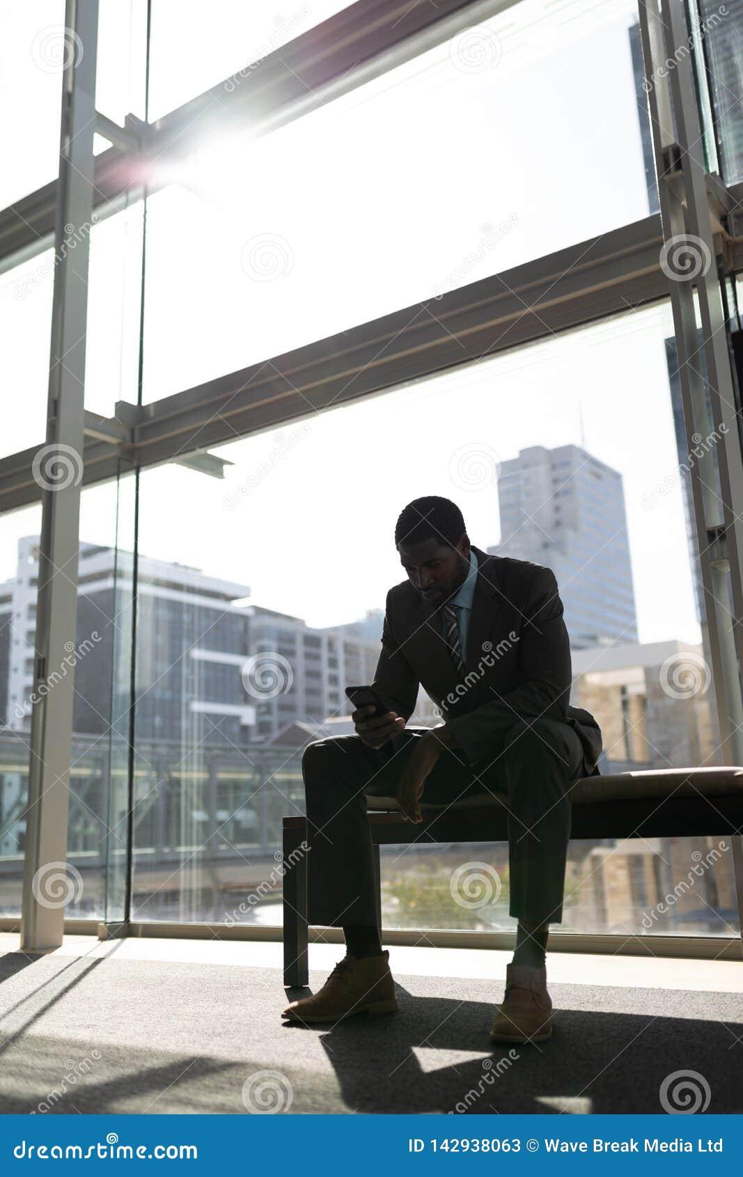 Συνεδρίαση επιχειρηματιών αφροαμερικάνων στον πάγκο και χρησιμοποίηση του κινητού τηλεφώνου στην αρχή