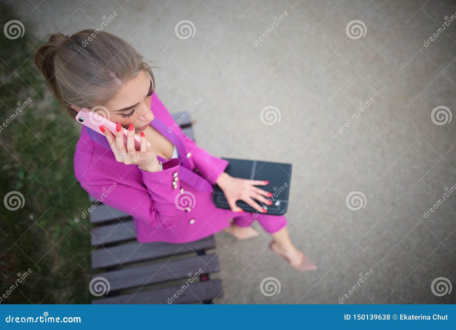 Συνεδρίαση επιχειρησιακών γυναικών σε έναν πάγκο στην οδό