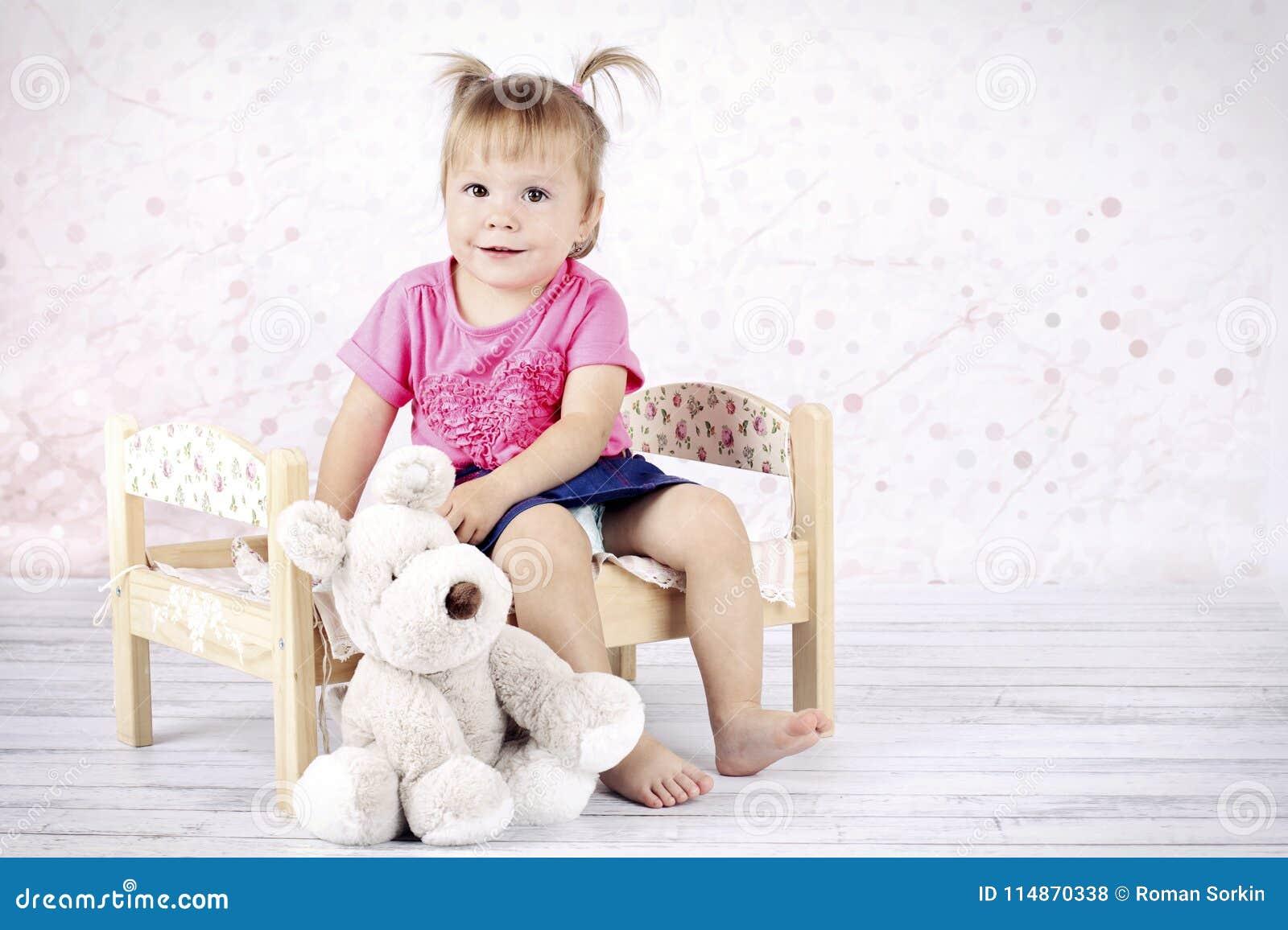 Συνεδρίαση μικρών κοριτσιών στο παιχνίδι βελούδου εκμετάλλευσης κρεβατιών