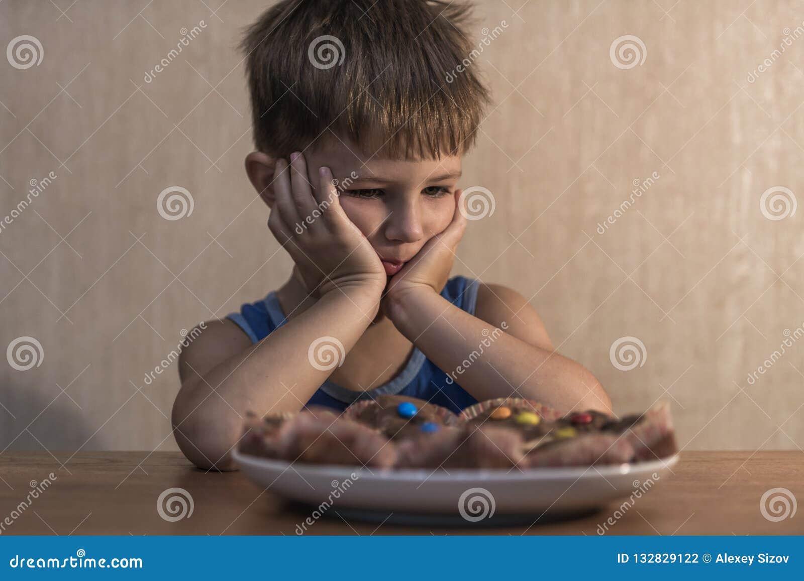 συνεδρίαση μικρών παιδιών στον πίνακαη γευμάτων