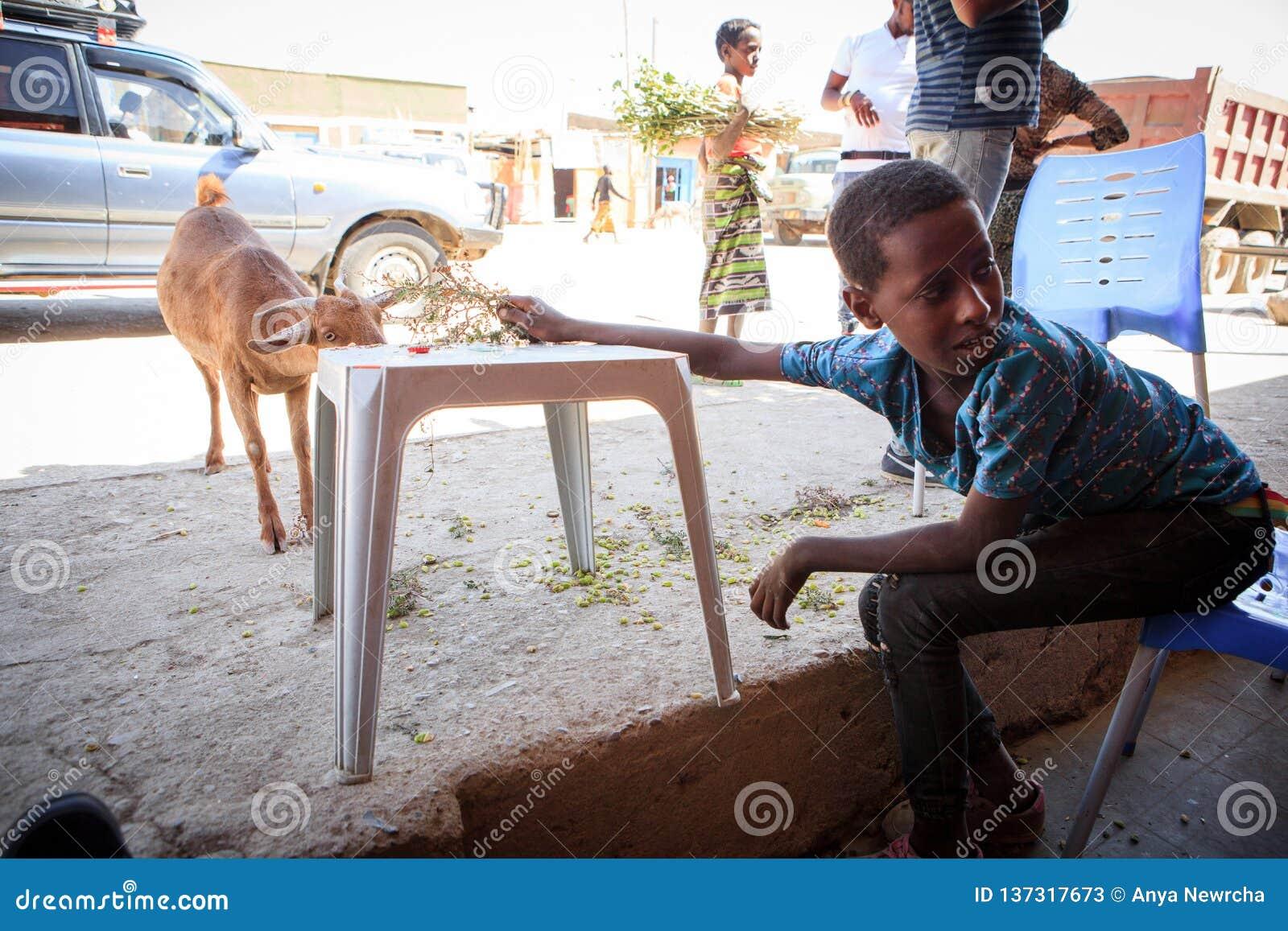 Συνεδρίαση παιδιών σε έναν καφέ κοντά σε έναν δρόμο