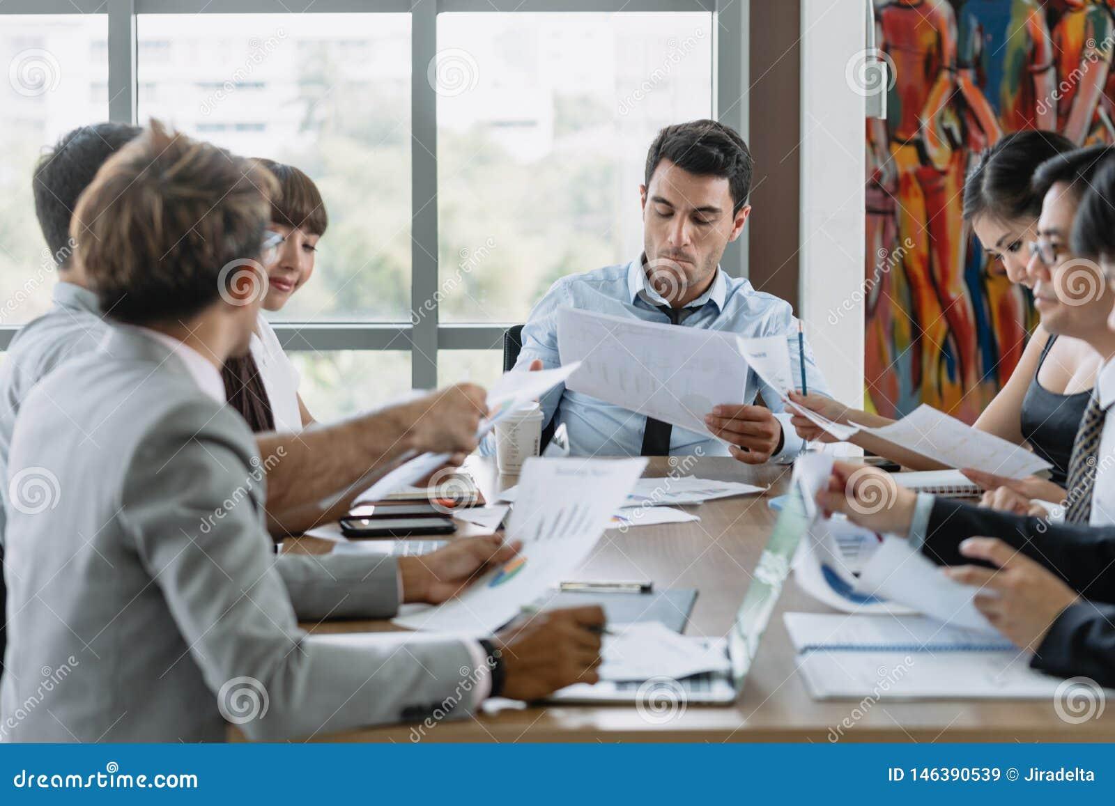 Συνεδρίαση των επιχειρηματιών με το συνάδελφο στο γραφείο αιθουσών συνεδριάσεων