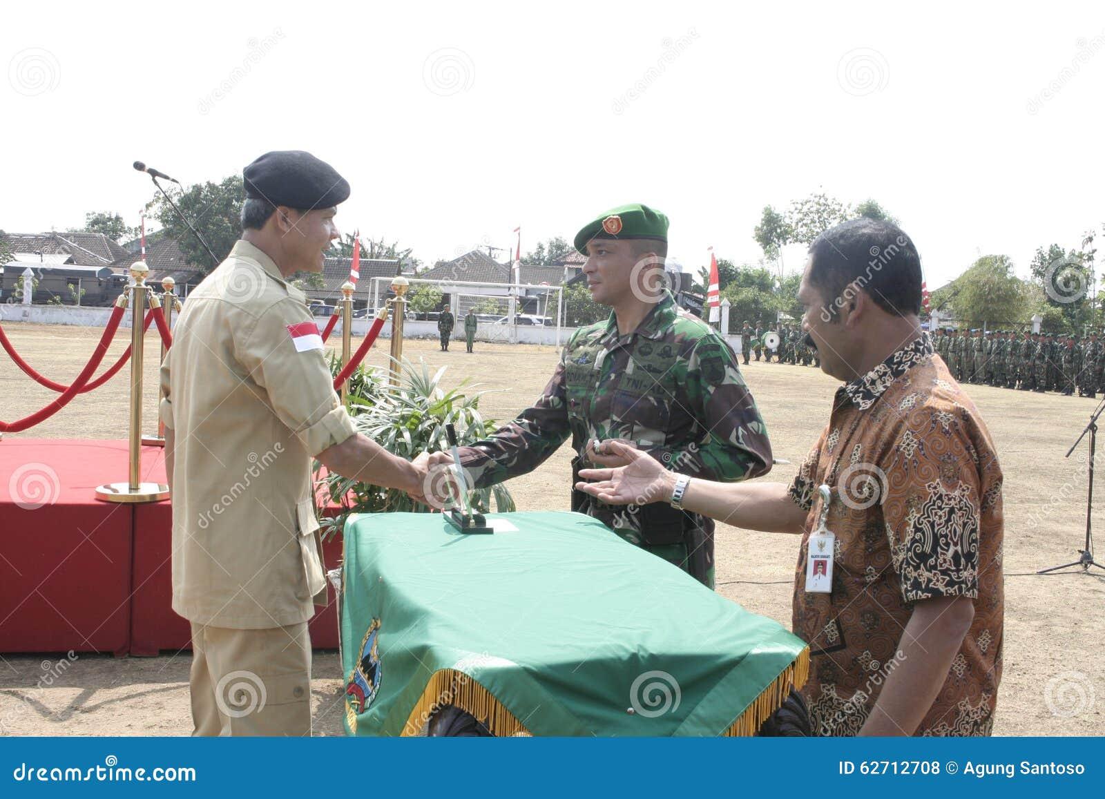 Συνεργασία Symbolization μεταξύ των τοπικών ανώτερων υπαλλήλων και του στρατού