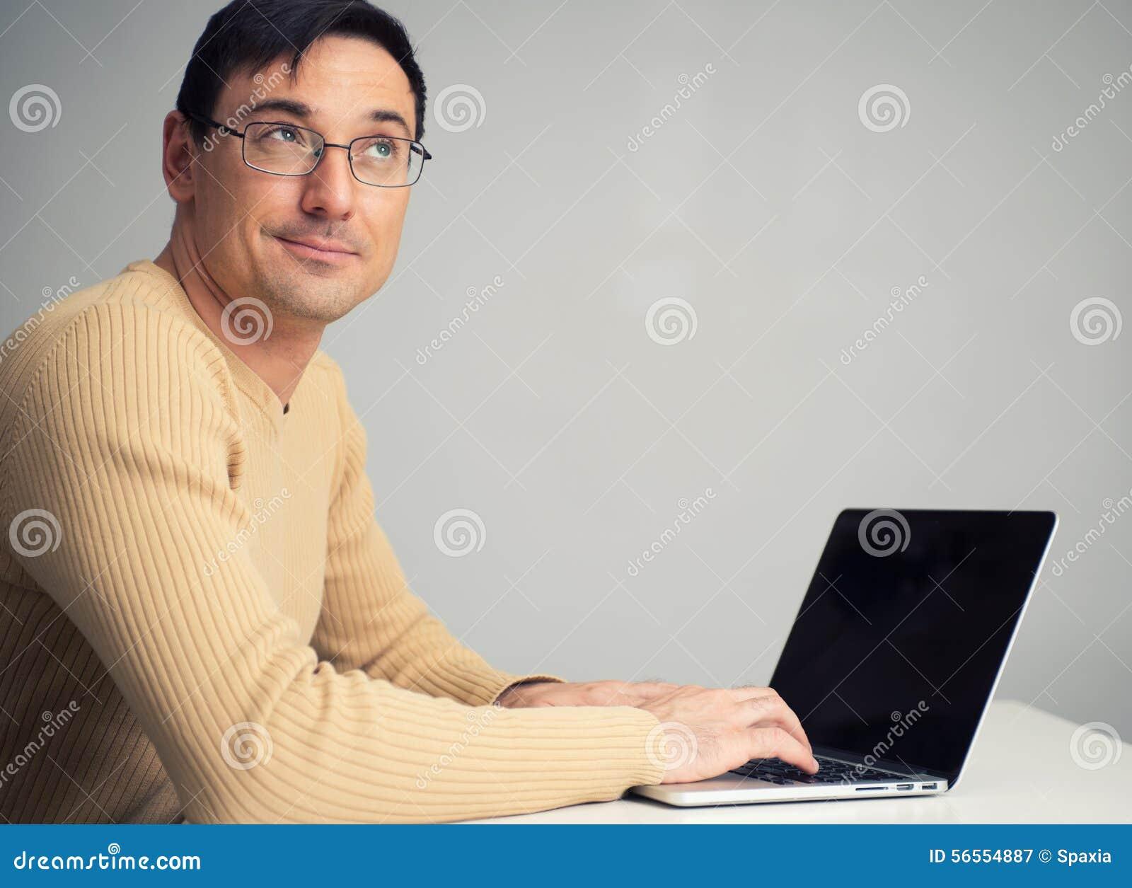 Download Συνεδρίαση ατόμων στο γραφείο, που λειτουργεί στο φορητό προσωπικό υπολογιστή Στοκ Εικόνα - εικόνα από άτομο, καθίστε: 56554887