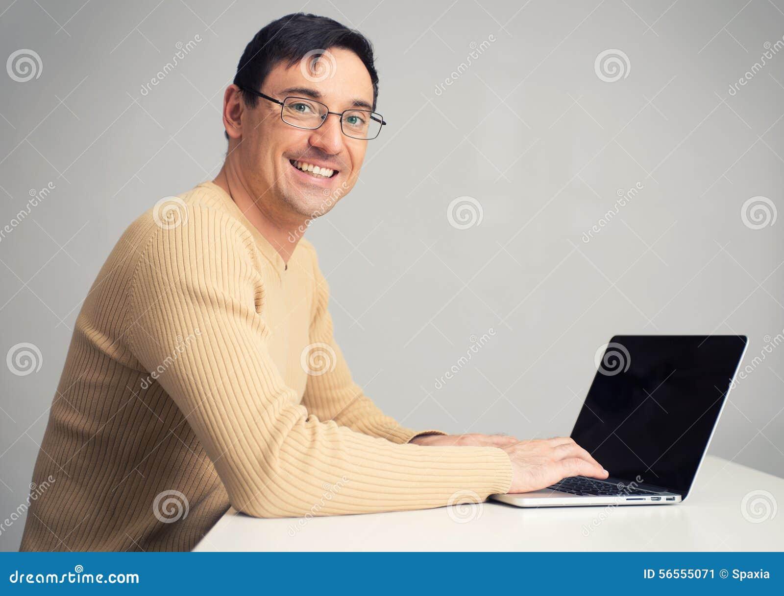 Download Συνεδρίαση ατόμων στο γραφείο, που λειτουργεί στο φορητό προσωπικό υπολογιστή Στοκ Εικόνα - εικόνα από γυαλιά, καθίστε: 56555071