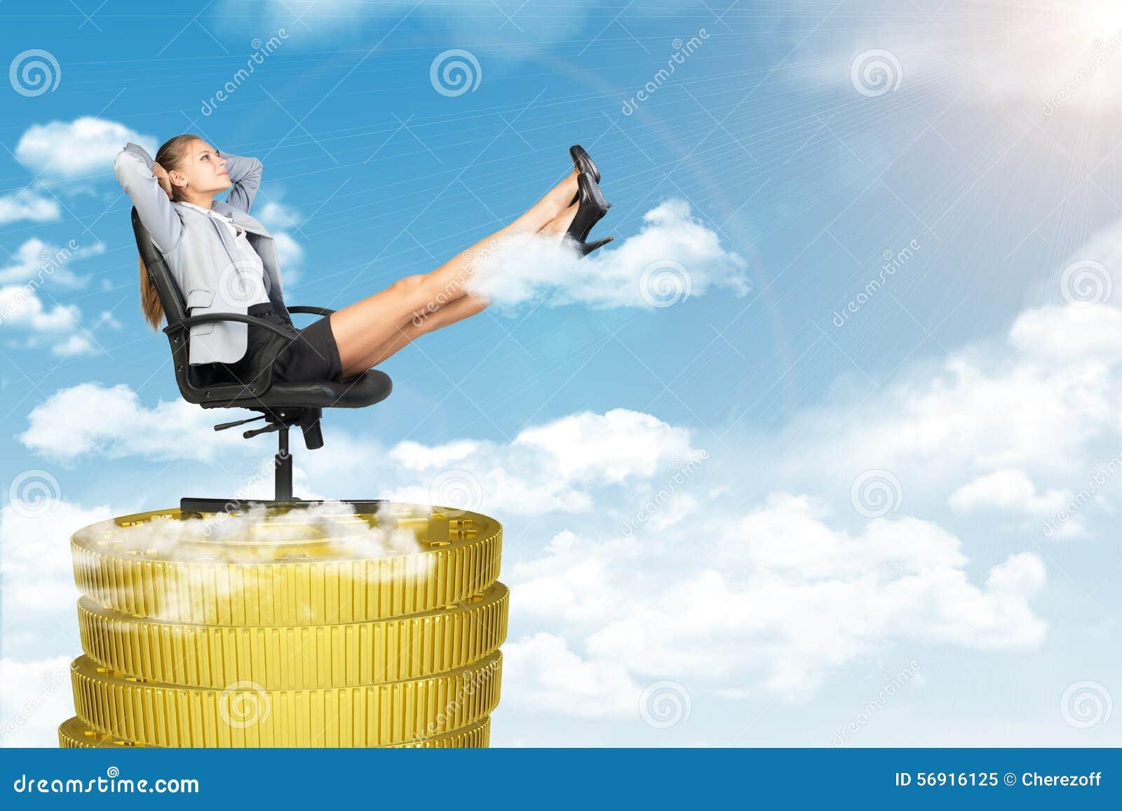Συνεδρίαση επιχειρηματιών στην καρέκλα στο σωρό νομισμάτων