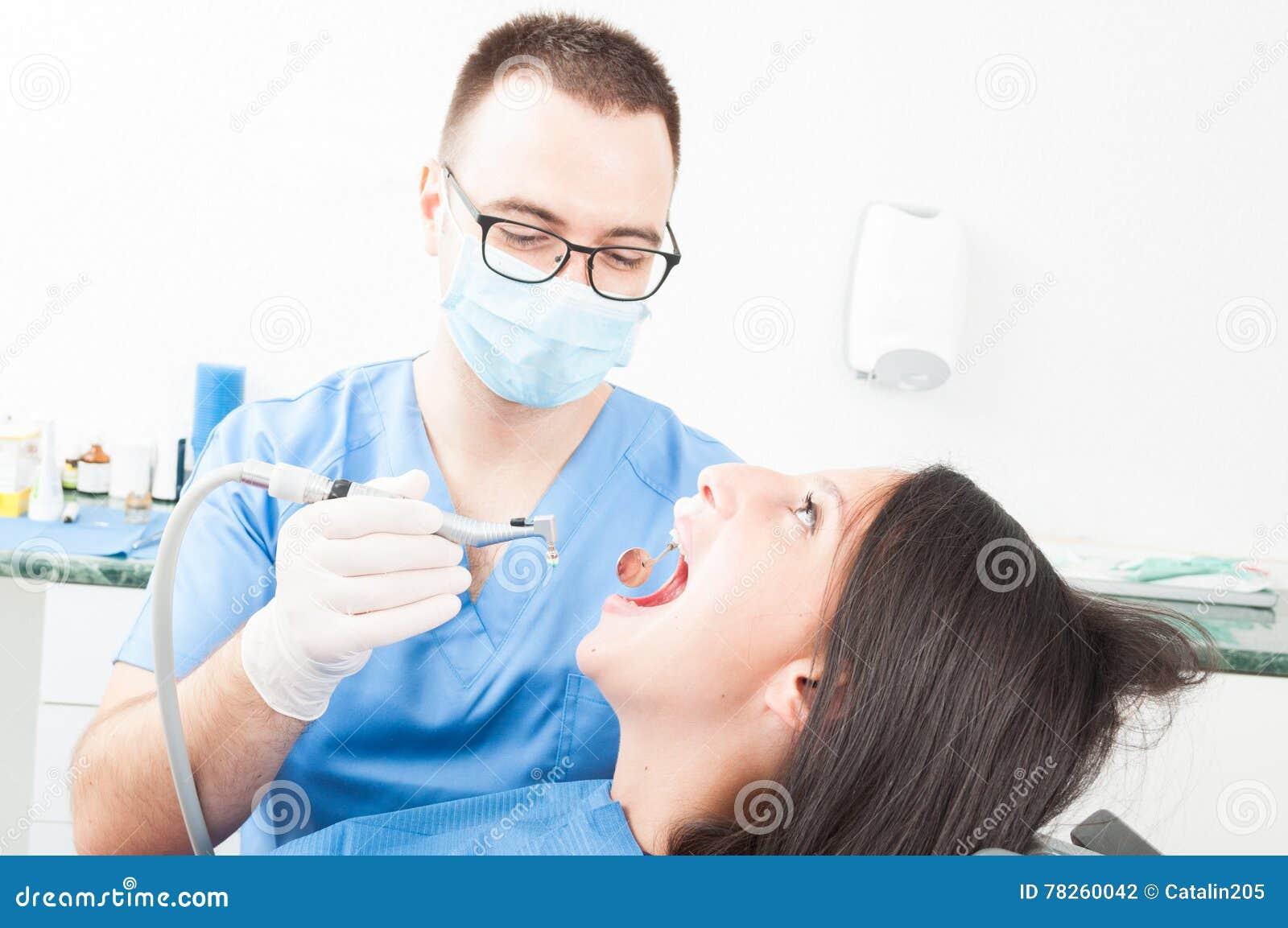 Συνεδρίαση κοριτσιών στην καρέκλα οδοντιάτρων που έχει μια διαδικασία από το γιατρό