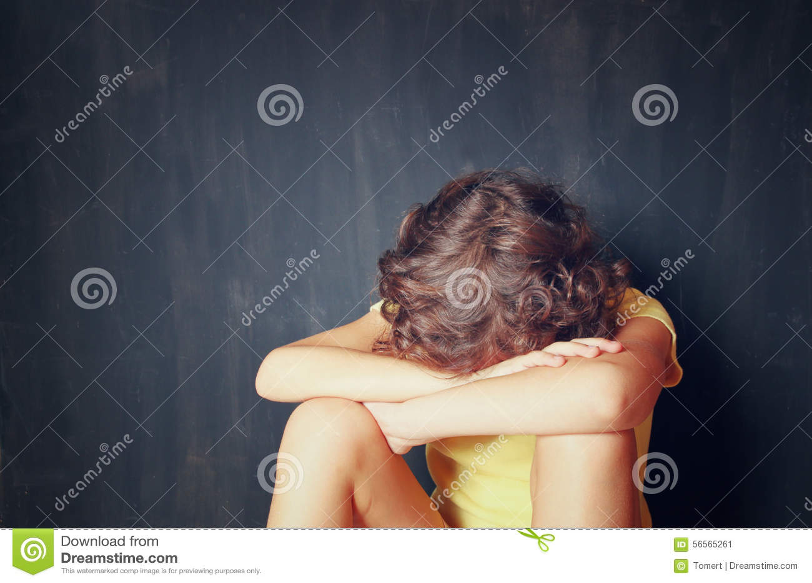 Download Συνεδρίαση παιδάκι και φοβισμένος με το πρόσωπό του που καλύπτεται μεταξύ των όπλων έννοια κατάχρησης παιδιού Στοκ Εικόνα - εικόνα από καταθλιπτικός, κτύπημα: 56565261