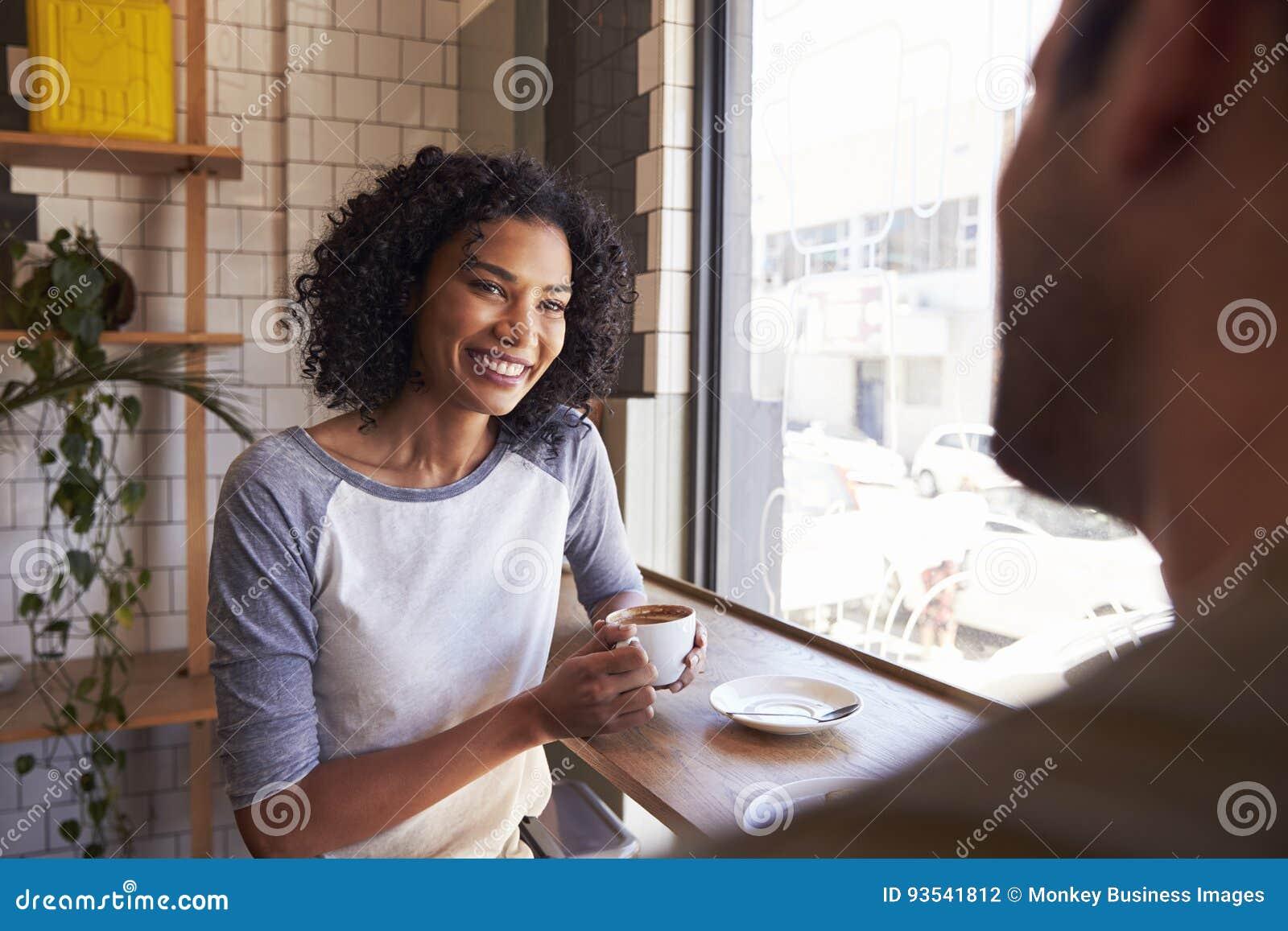 Συνεδρίαση του ζεύγους για την ημερομηνία στη καφετερία