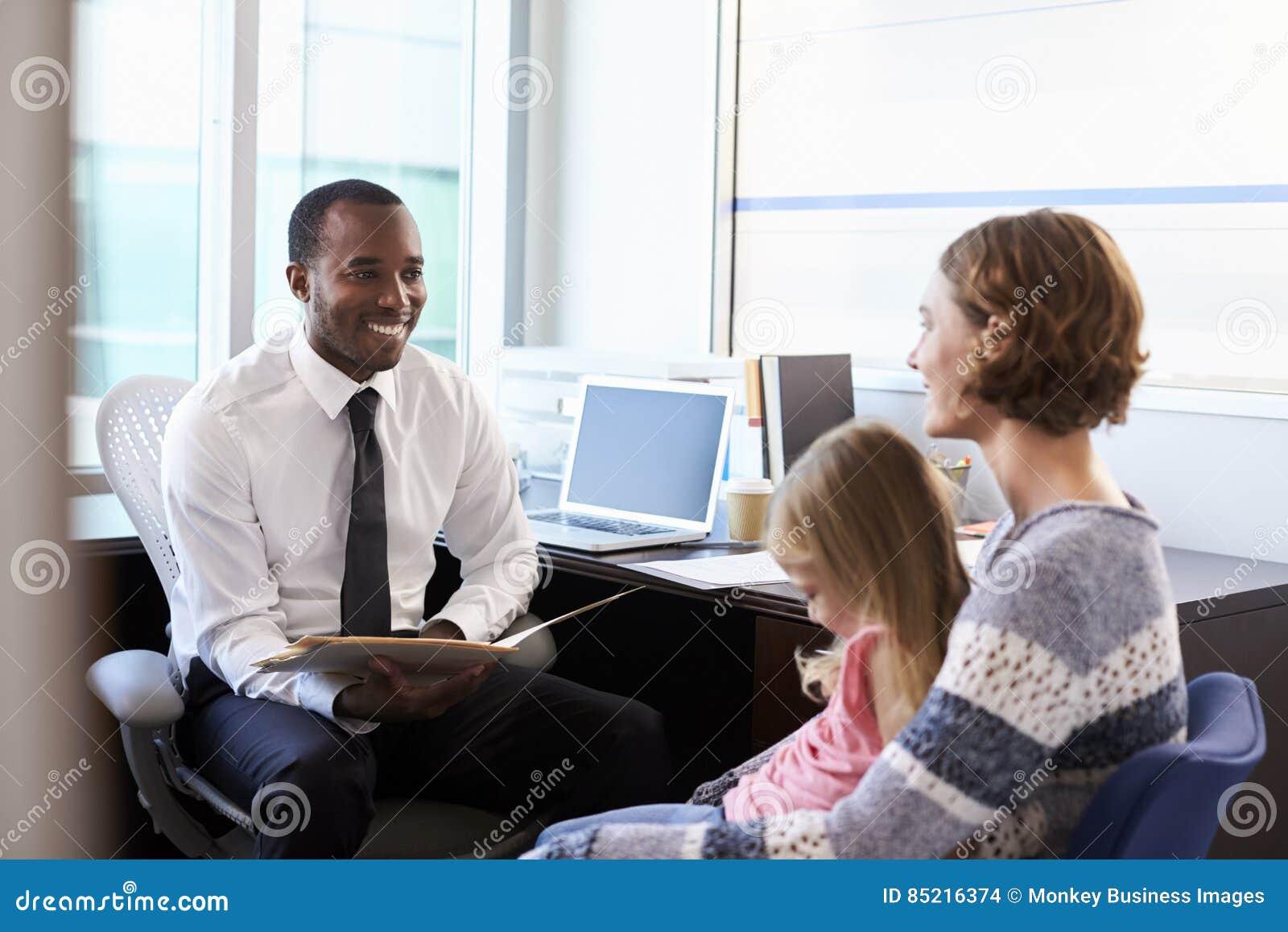 Συνεδρίαση των παιδιάτρων με τη μητέρα και το παιδί στο νοσοκομείο