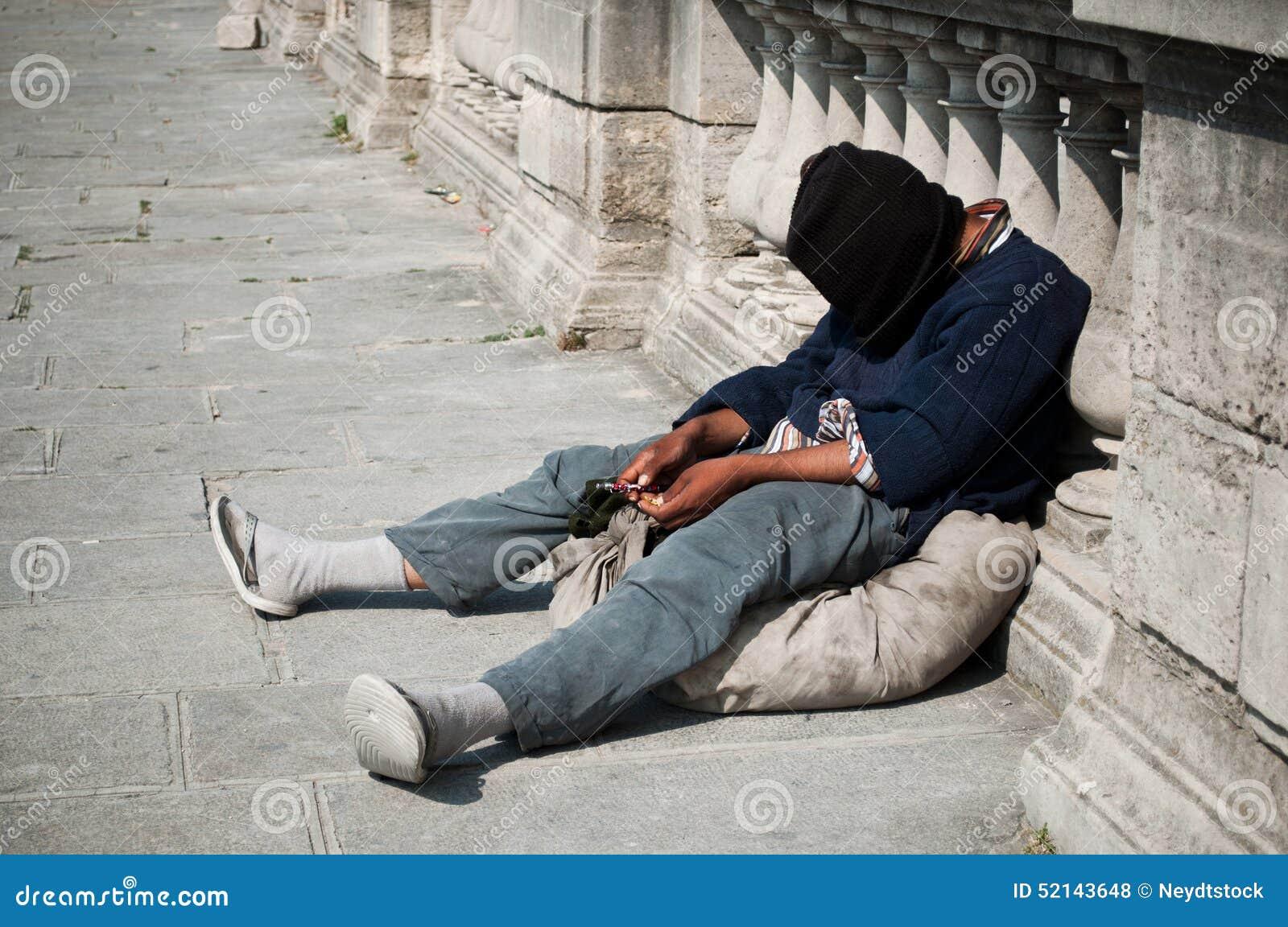 Συνεδρίαση φτωχών ανθρώπων στο πάτωμα
