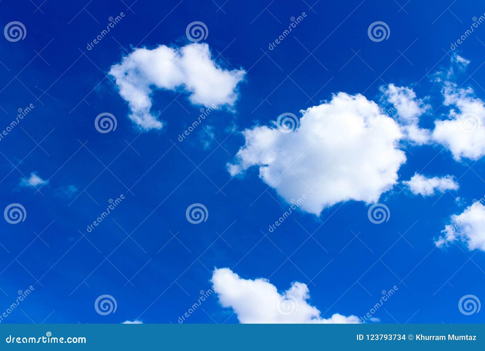 Συννεφιασμένος ουρανού της Γερμανίας με τα σύννεφα, μπλε ουρανός με τα λιποθυμημένα και διασκορπισμένα σύννεφα