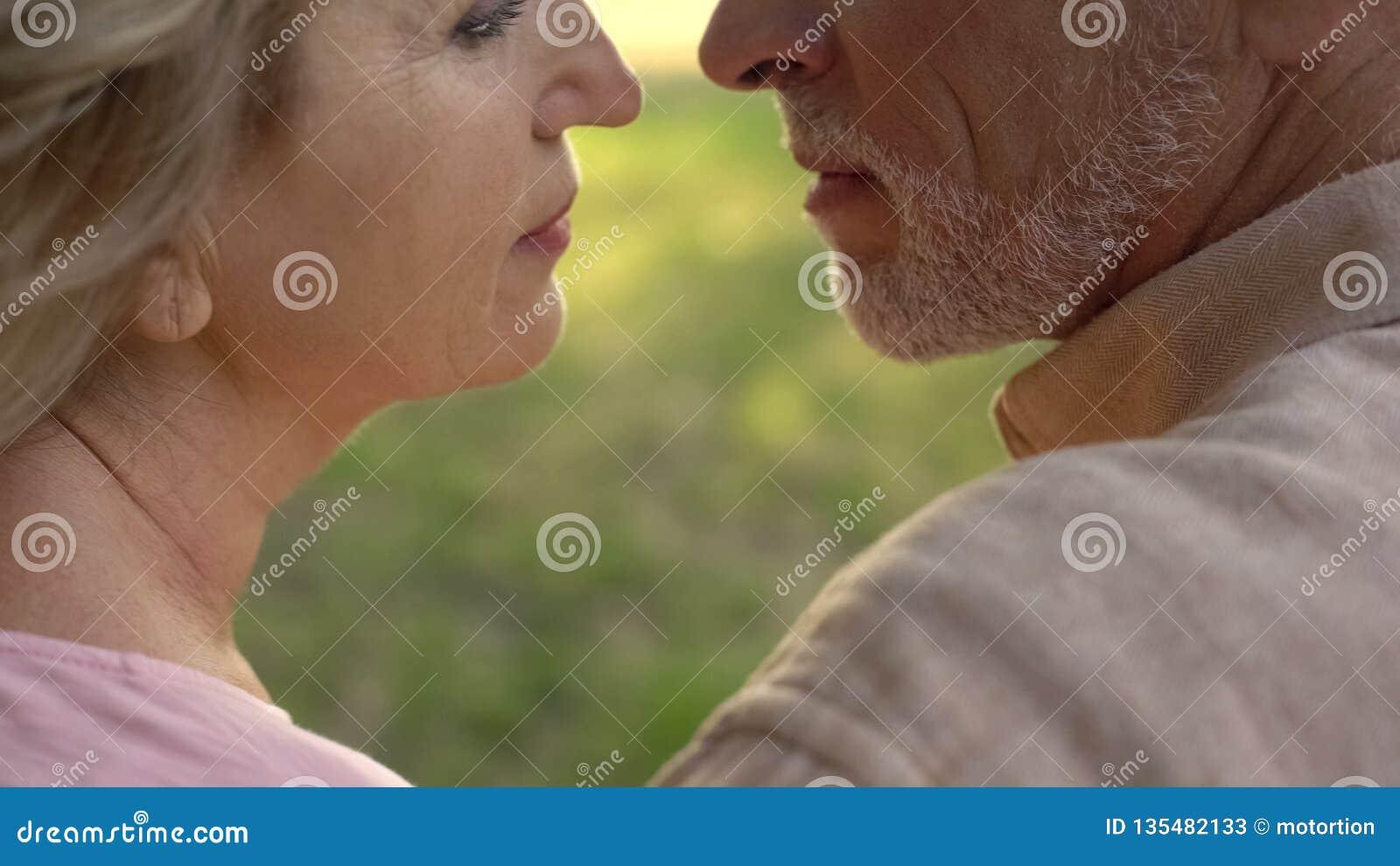 Συνταξιούχοι σύζυγος και σύζυγος που απολαμβάνουν το χρόνο μαζί, στενότητα ζευγών, πάθος
