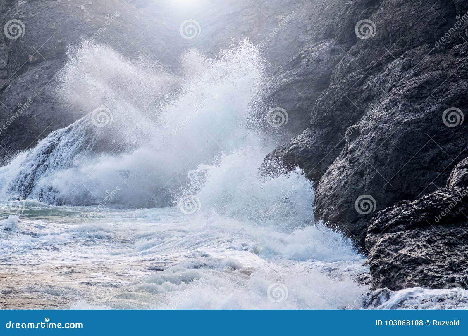 συντρίβοντας κύματα βράχω&nu