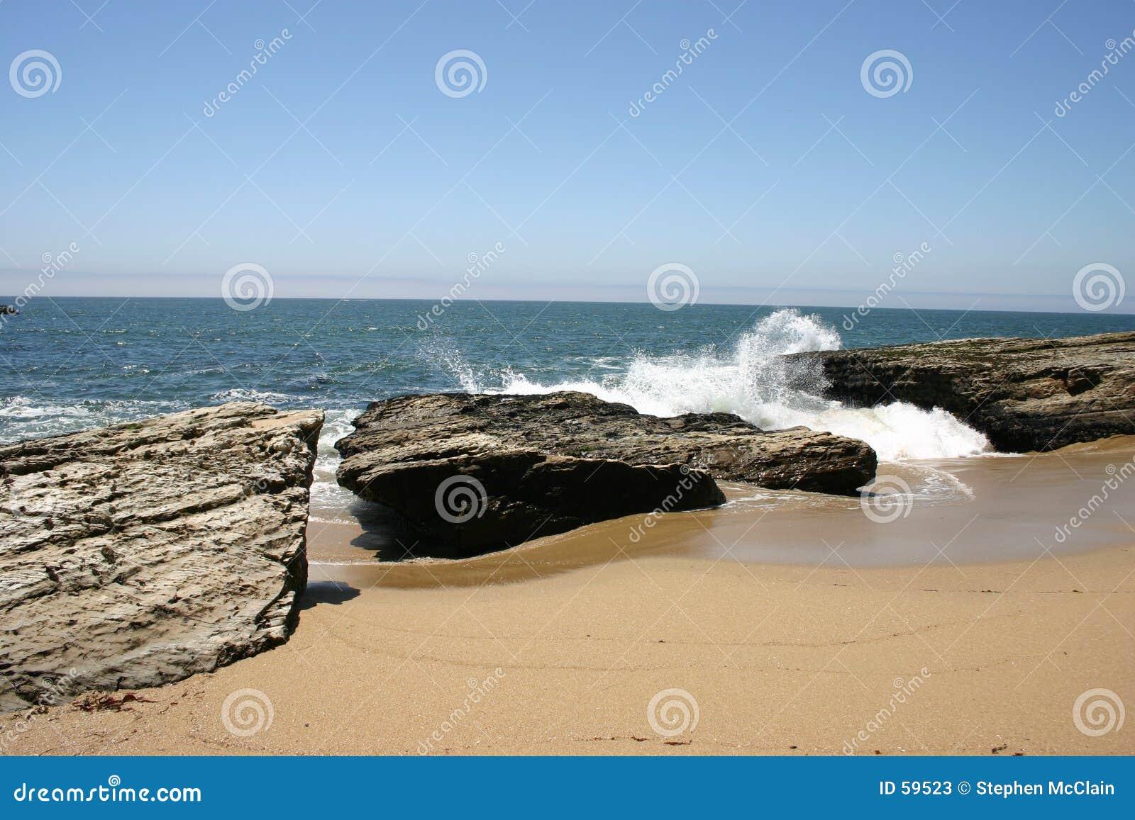 Download συντρίβοντας κύματα στοκ εικόνα. εικόνα από αφρός, σχηματισμός - 59523