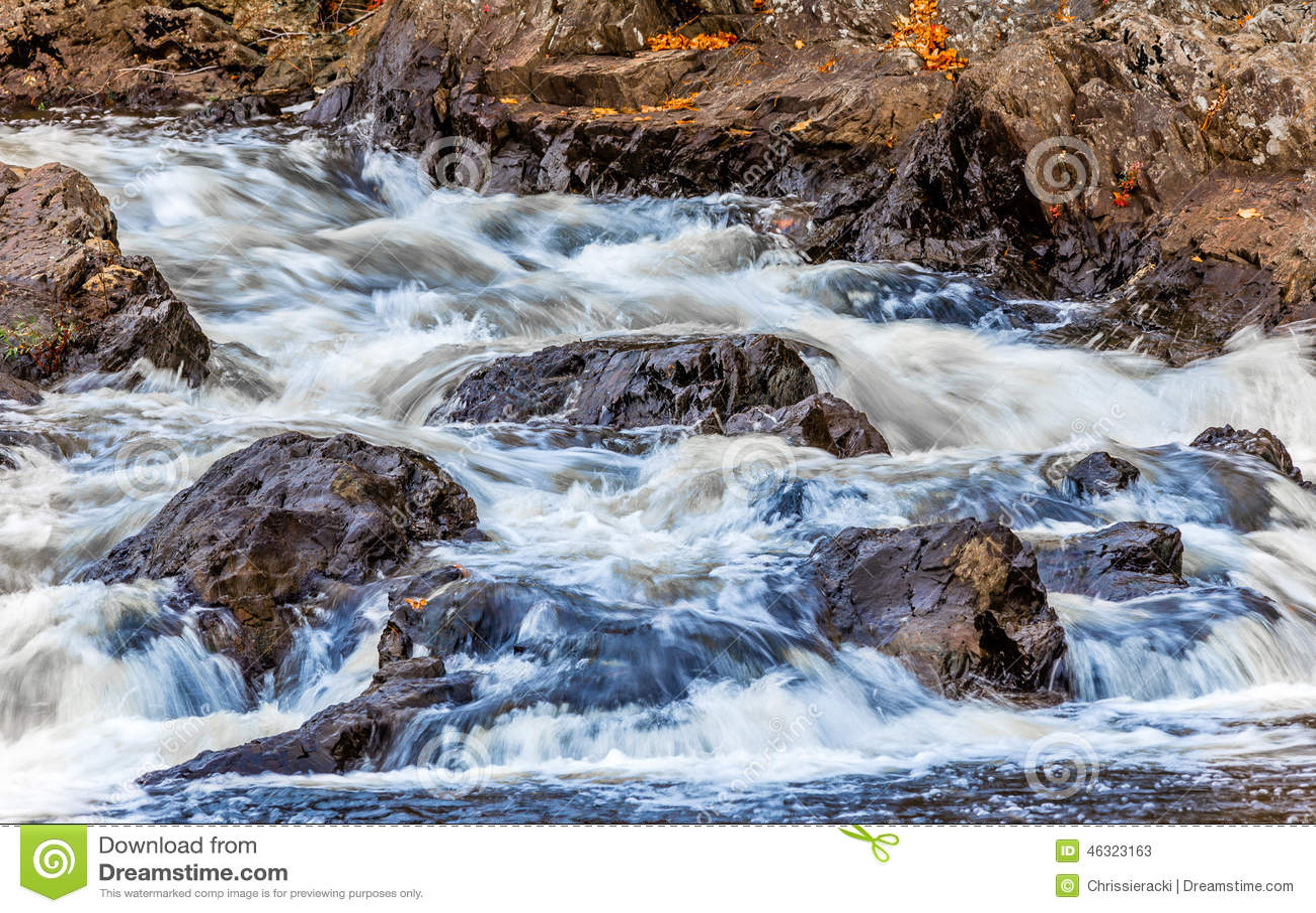 Συντρίβοντας νερό στο ρεύμα