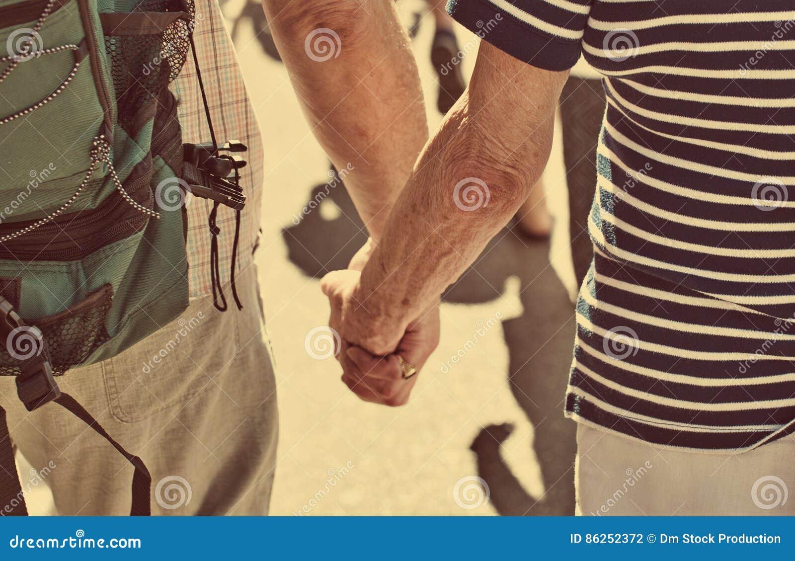συνδέστε τους ηλικιωμένους