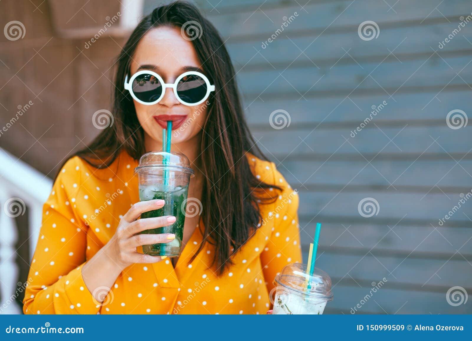 Συν το μέγεθος η κατανάλωση γυναικών παίρνει μαζί το κοκτέιλ πέρα από τον τοίχο καφέδων πόλεων