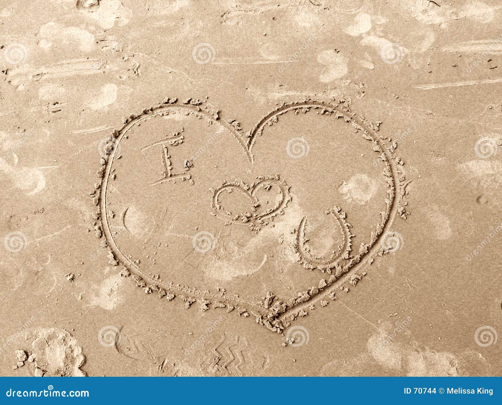 συρμένη άμμος αγάπης καρδιών